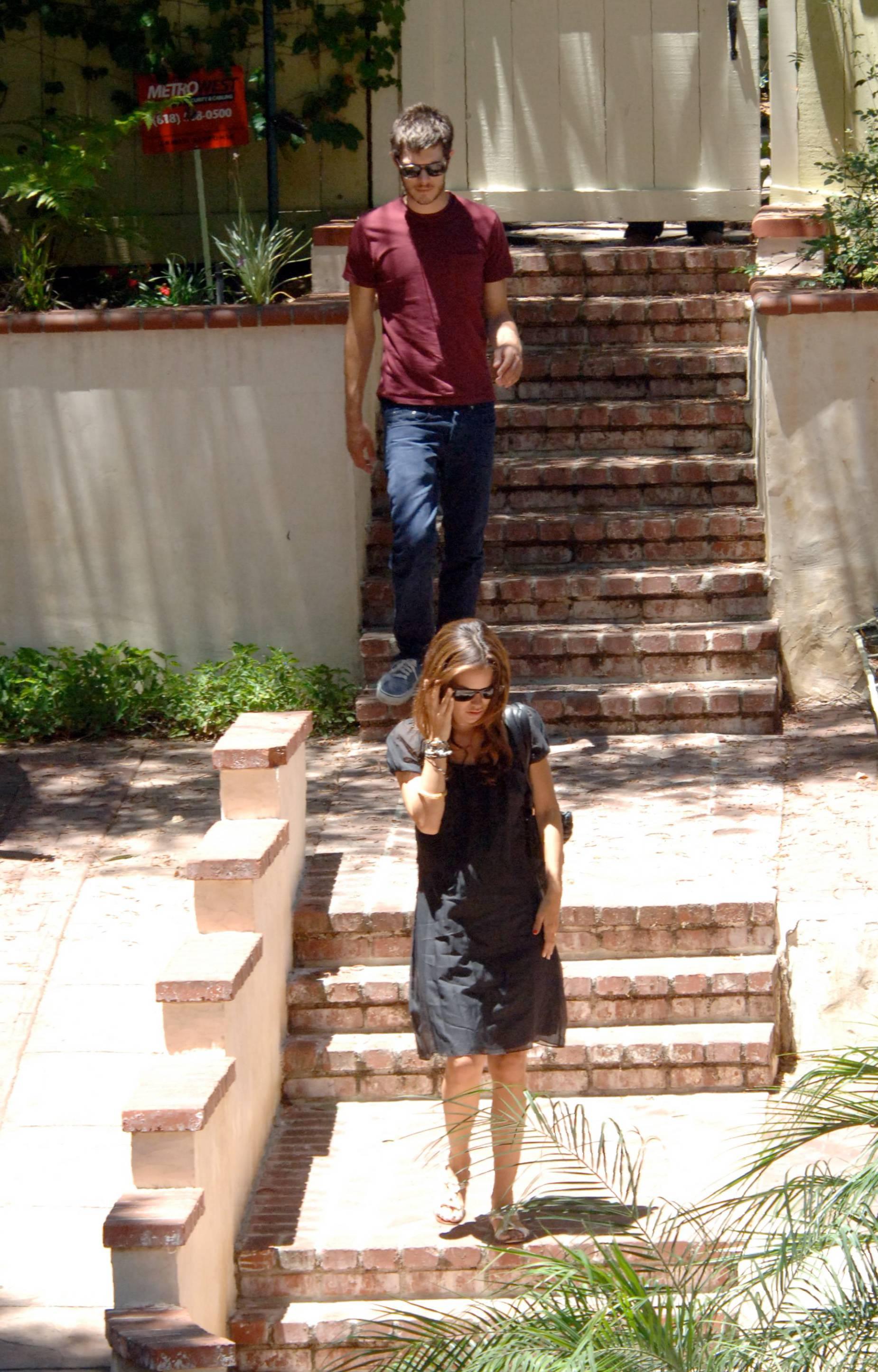 73183_Rachel_Bilson_with_her_sister_in_Hollywood_05_552lo.jpg