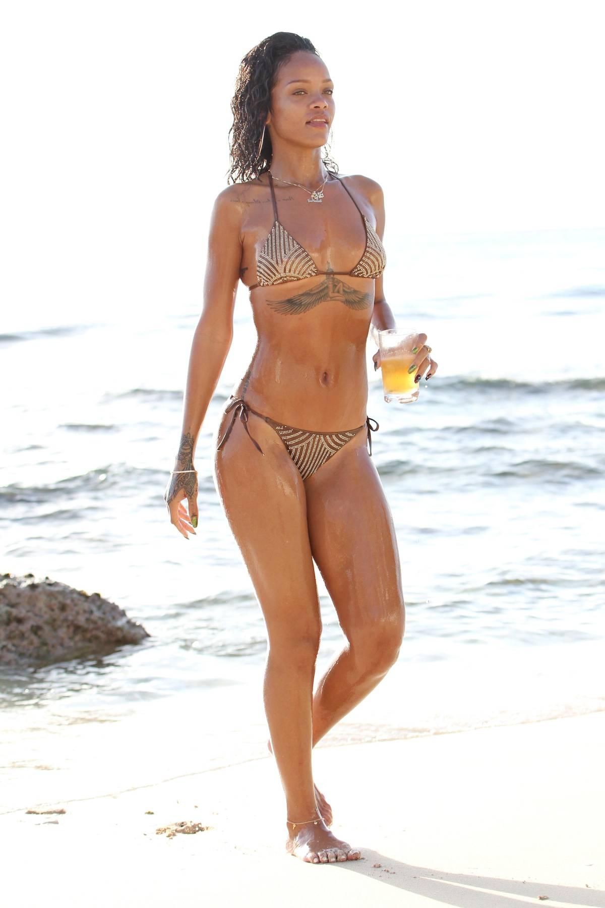 351992832_Rihanna_Bikini_291213_ReSiDuO26_123_495lo.jpg