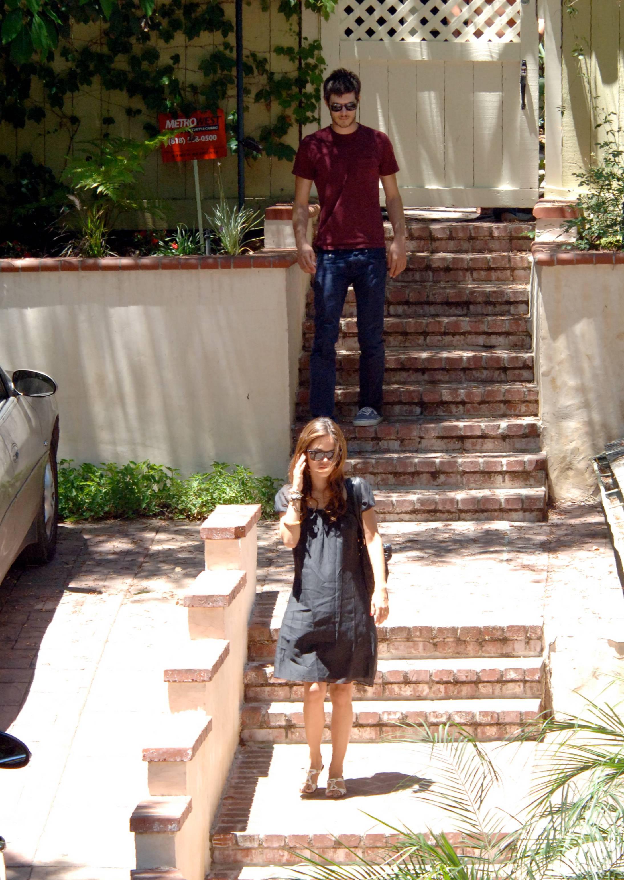 73085_Rachel_Bilson_with_her_sister_in_Hollywood_03_453lo.jpg