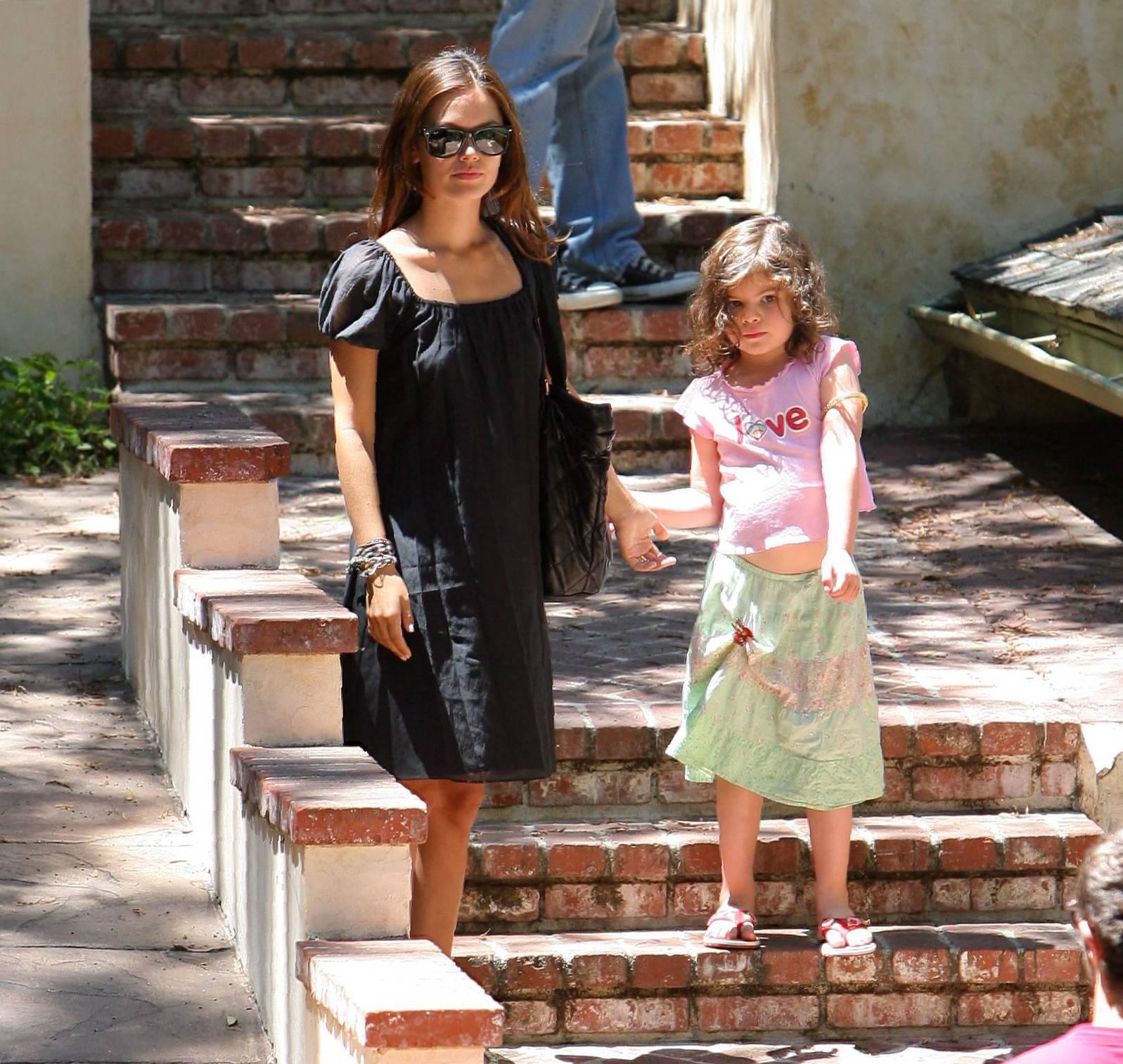 73094_Rachel_Bilson_with_her_sister_in_Hollywood_01_445lo.jpg