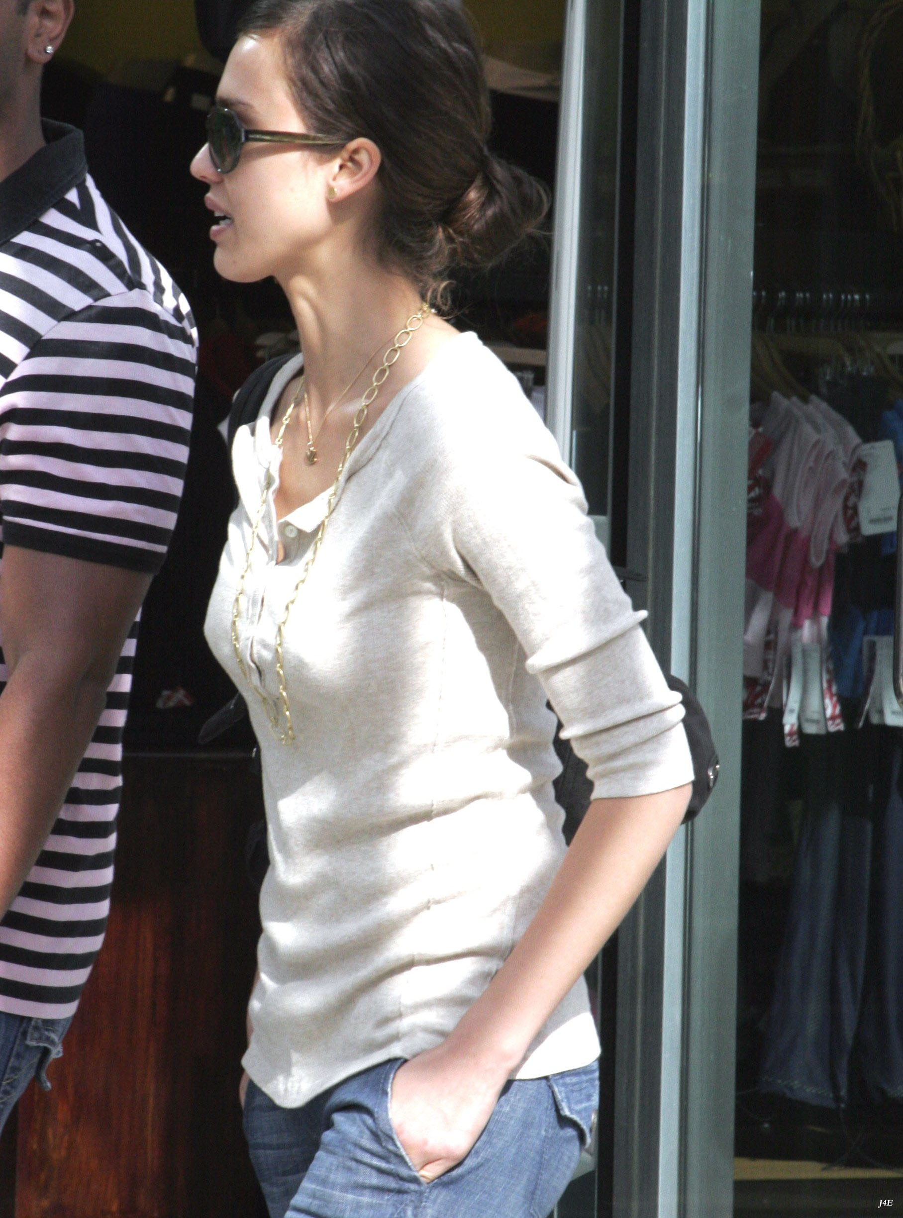 92031_4371277_Jessica_Alba__Out_and_about_in_Hollywood_10__123_1174lo.jpg