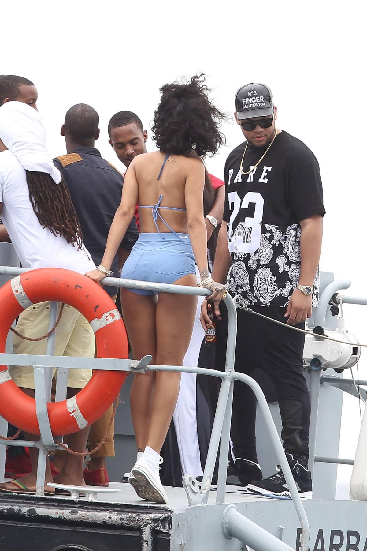 125465409_Rihanna_Bikini_271213_ReSiDuO26_123_119lo.jpg