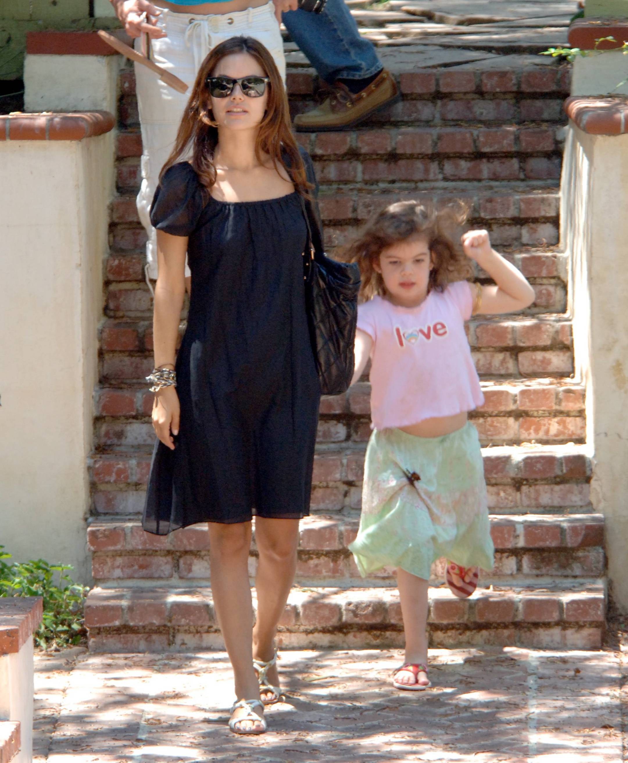 73224_Rachel_Bilson_with_her_sister_in_Hollywood_07_507lo.jpg