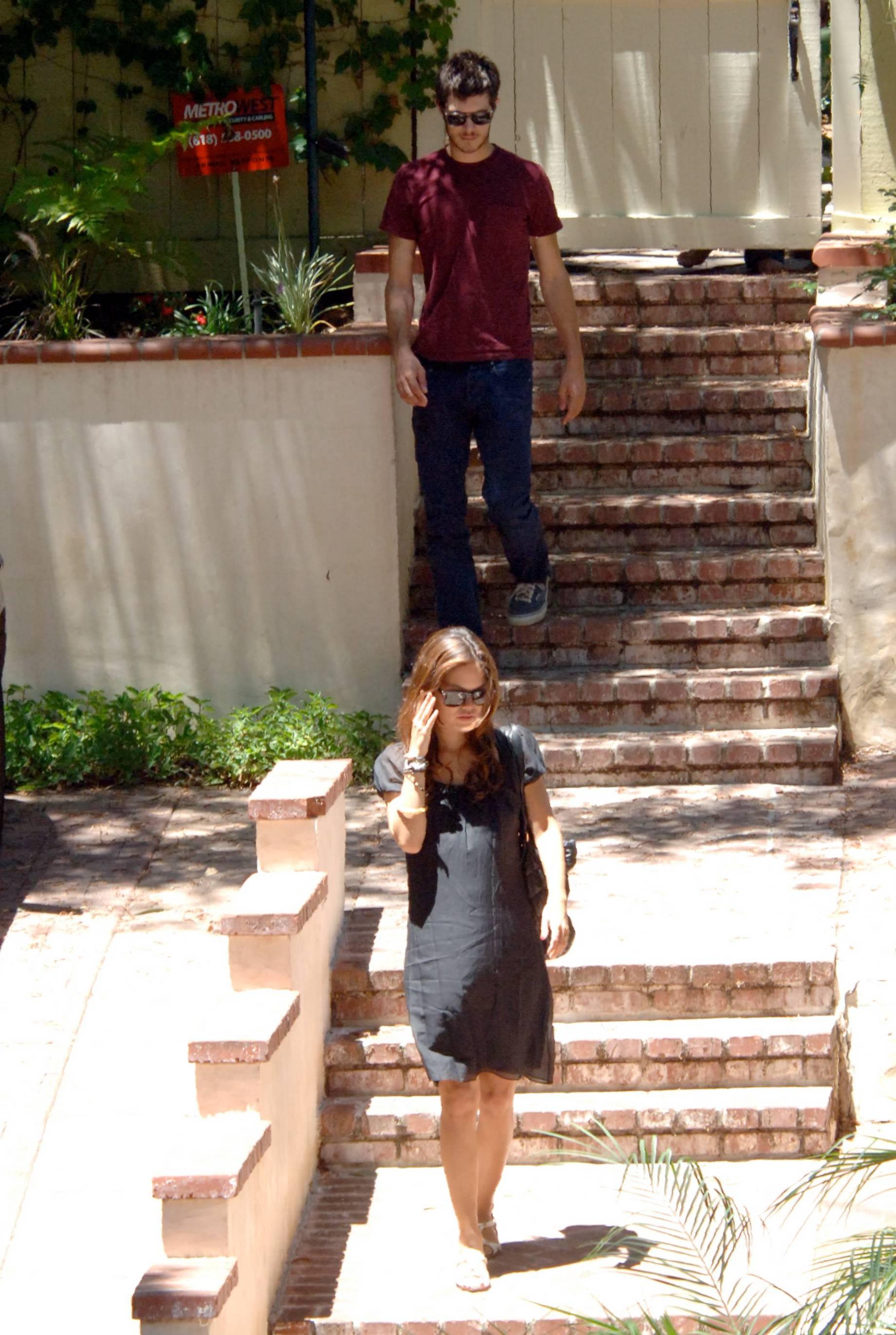 73167_Rachel_Bilson_with_her_sister_in_Hollywood_04_309lo.jpg