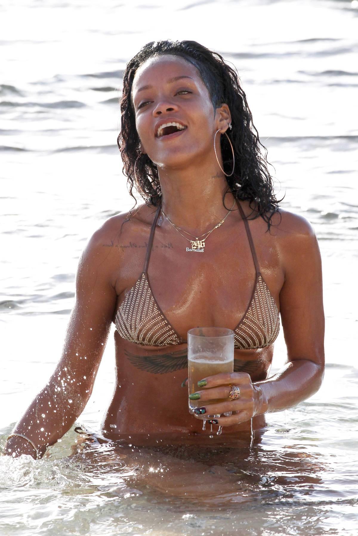 351970409_Rihanna_Bikini_291213_ReSiDuO18_123_1165lo.jpg