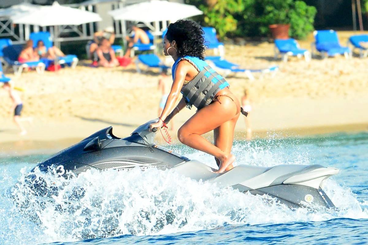 352014887_Rihanna_Bikini_291213_ReSiDuO36_123_378lo.jpg