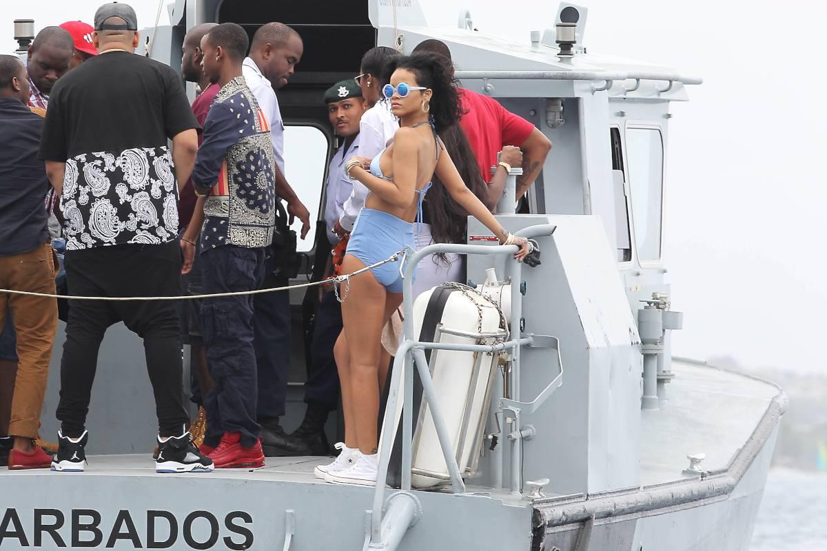 125504896_Rihanna_Bikini_271213_ReSiDuO35_123_404lo.jpg