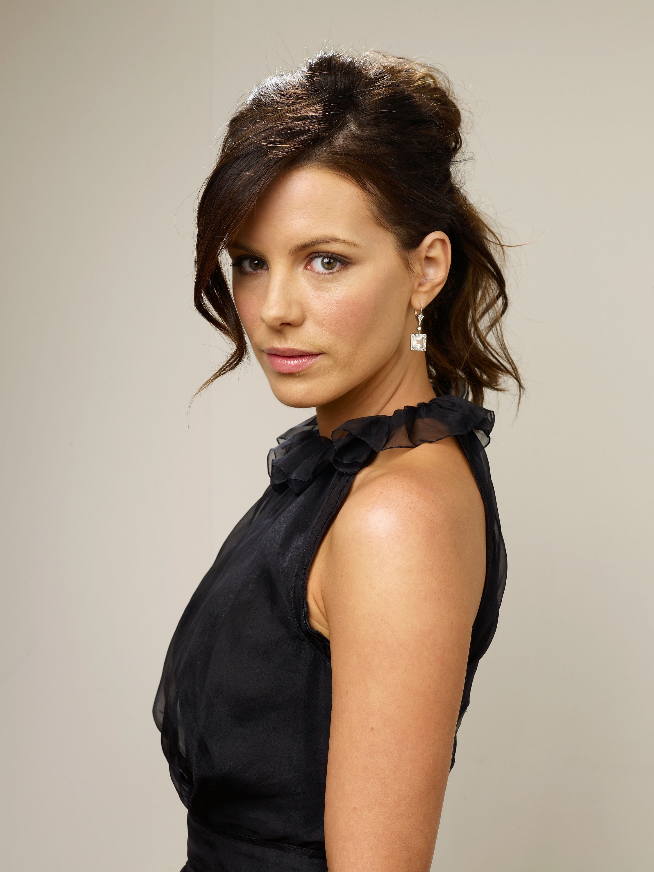 83905_Celebutopia-Kate_Beckinsale-Nothing_But_The_Truth_TIFF_2008_Portrait_Session-04_122_586lo.jpg