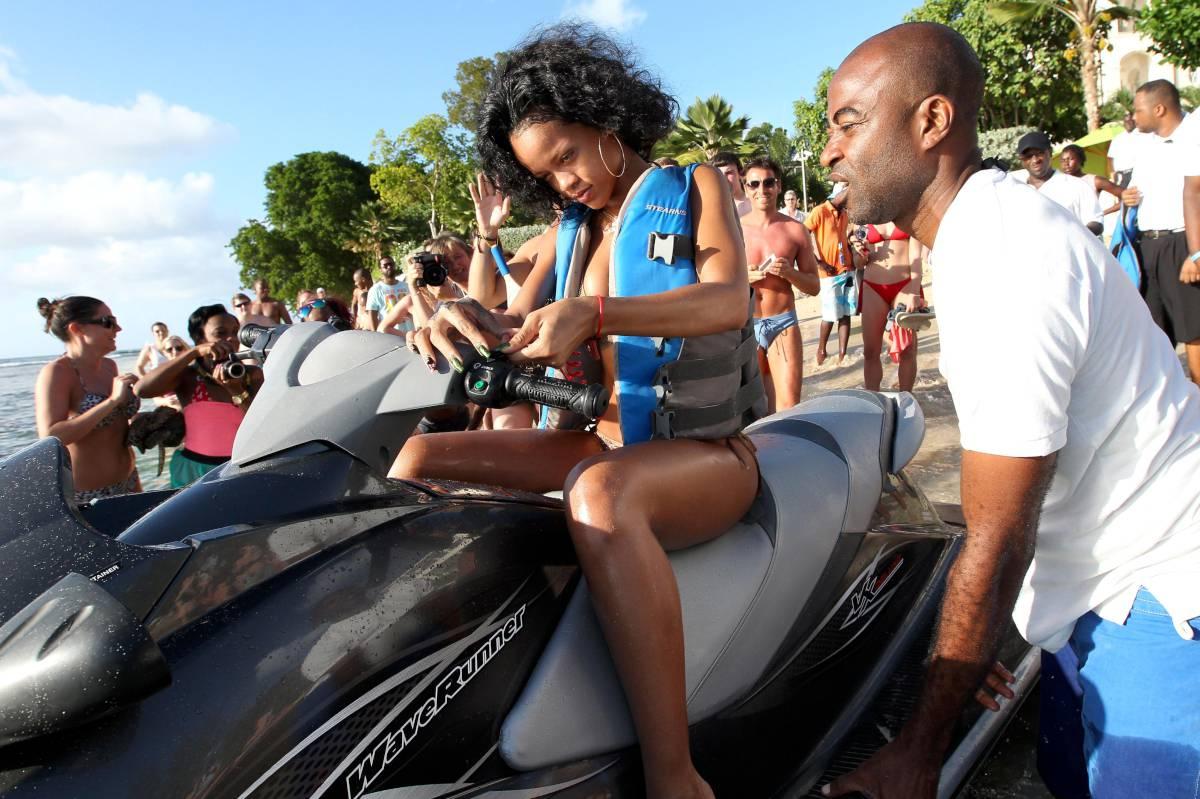 351949791_Rihanna_Bikini_291213_ReSiDuO11_123_228lo.jpg