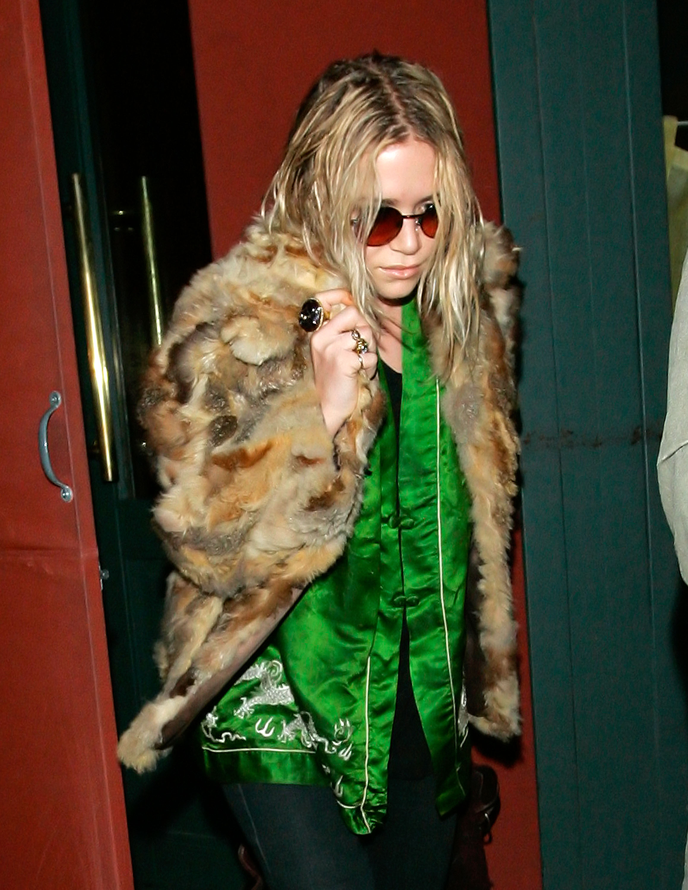 29757_celeb-city.eu_Mary_Kate_Olsen_out_and_about_for_a_late_lunch_in_the_West_Village_05.01.2008_01_122_38lo.jpg