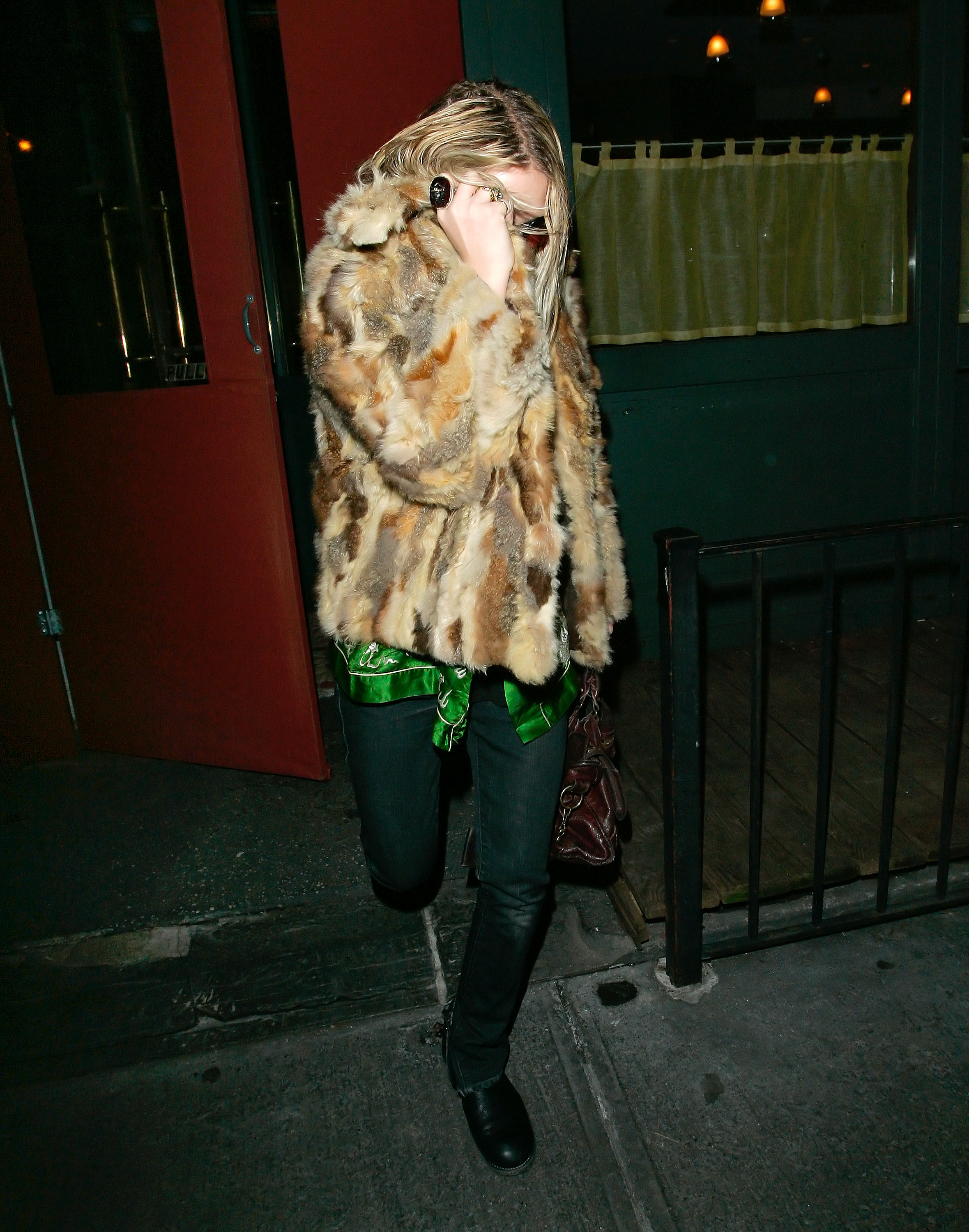 29787_celeb-city.eu_Mary_Kate_Olsen_out_and_about_for_a_late_lunch_in_the_West_Village_05.01.2008_05_122_532lo.jpg