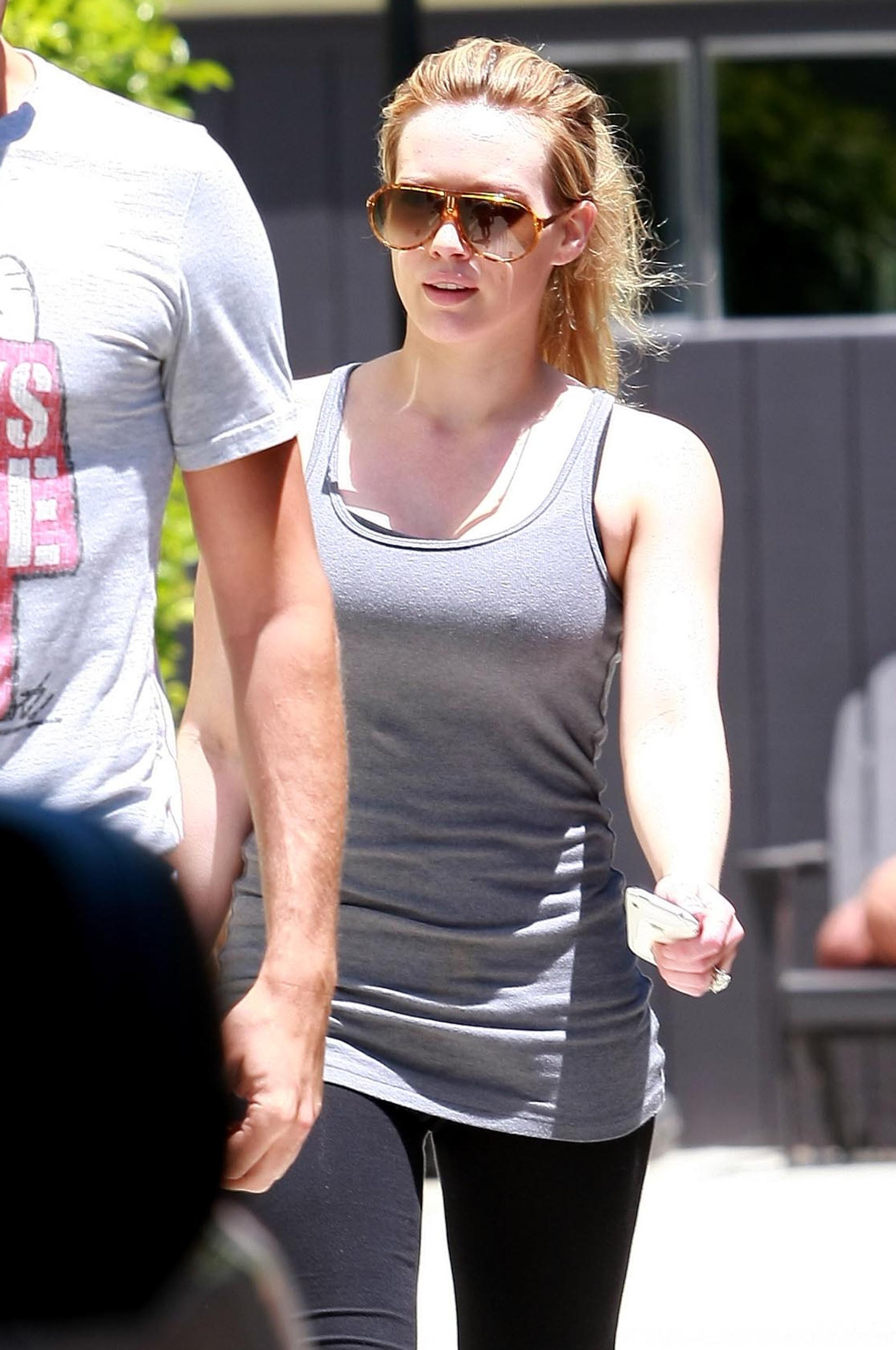 13198_Hilary_Duff_Gym_122_915lo.jpg