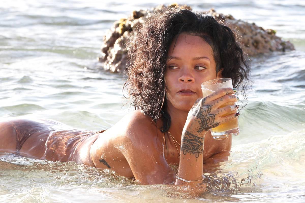 351961992_Rihanna_Bikini_291213_ReSiDuO14_123_491lo.jpg