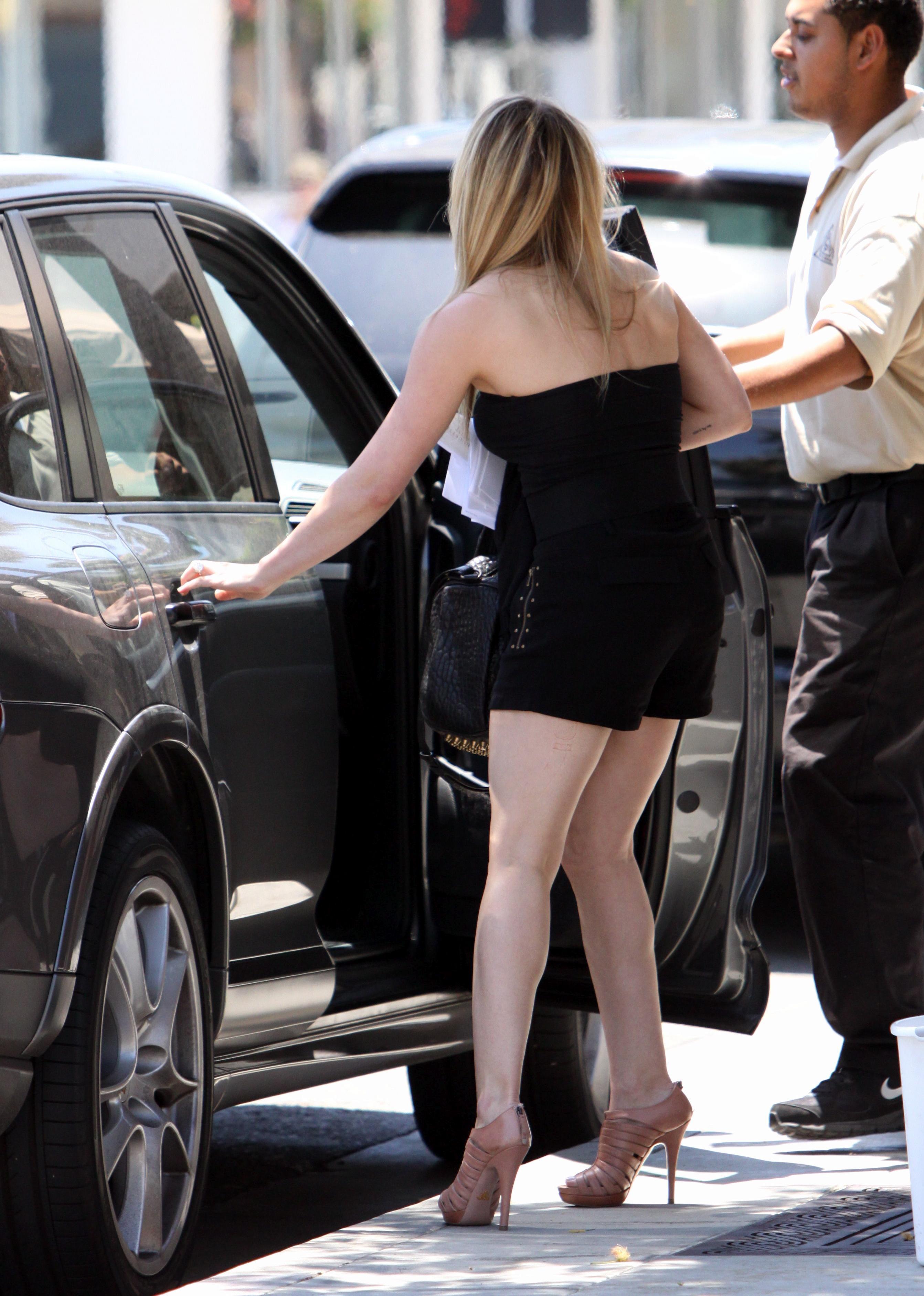 51205_Hilary_Duff_at_XIV_Karats_Ltd_in_Beverly_Hills_15_122_393lo.JPG