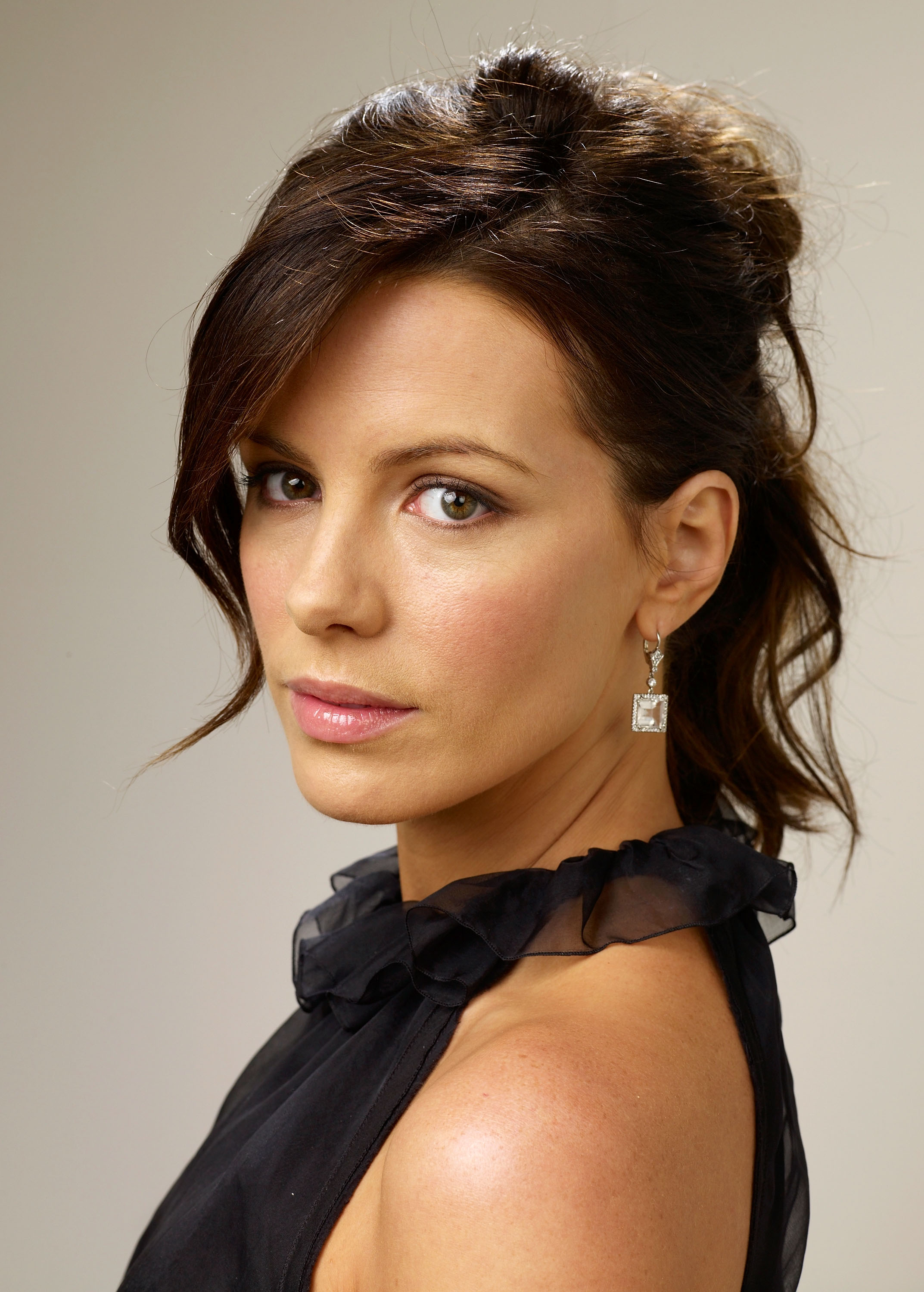 83627_Celebutopia-Kate_Beckinsale-Nothing_But_The_Truth_TIFF_2008_Portrait_Session-03_122_410lo.jpg