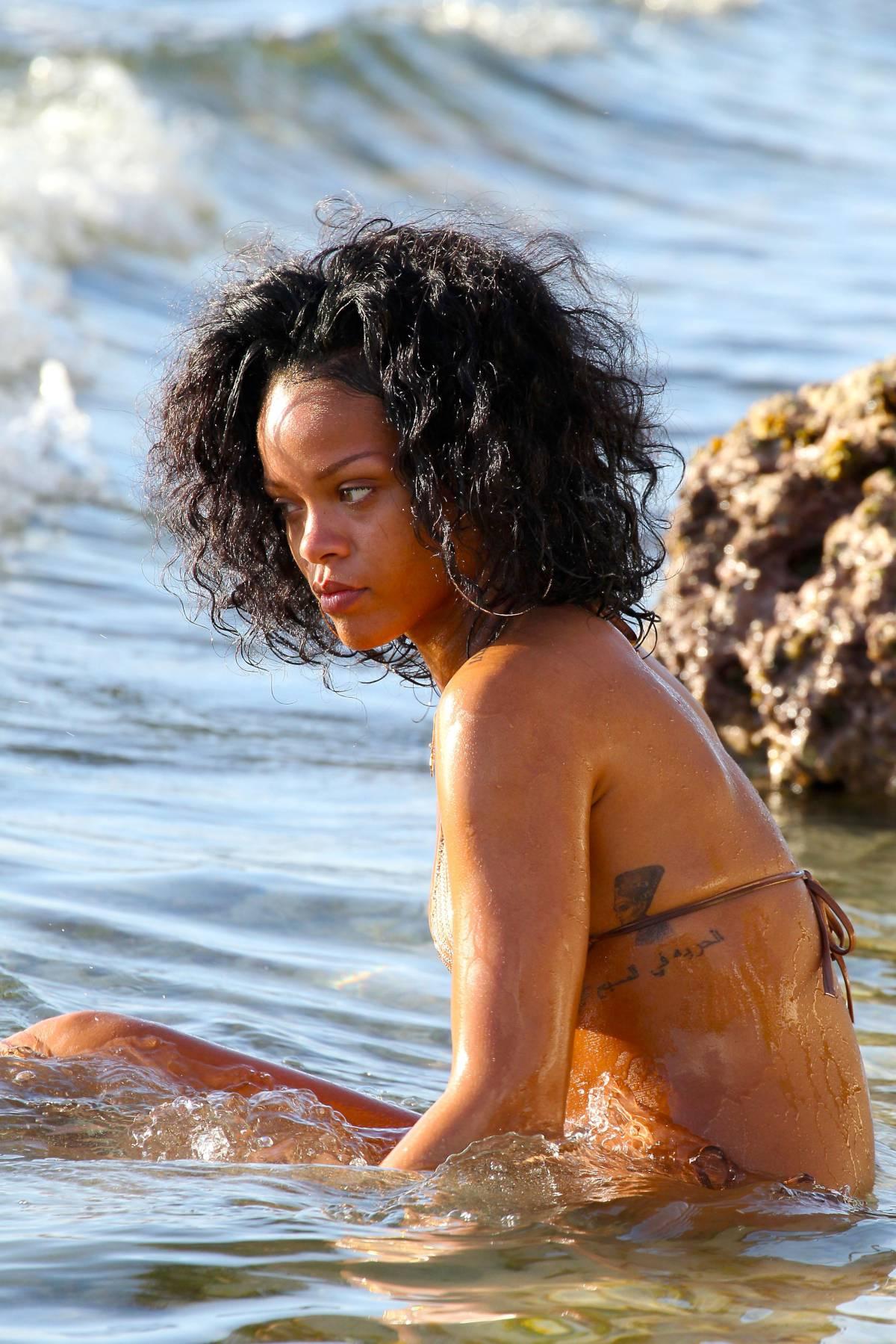 351957638_Rihanna_Bikini_291213_ReSiDuO13_123_56lo.jpg