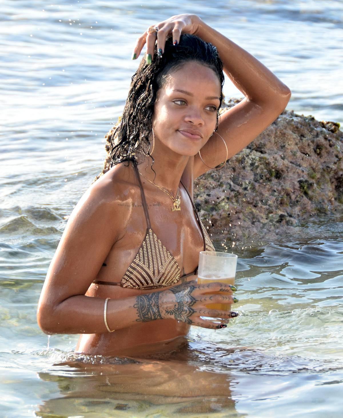 351913506_Rihanna_Bikini_291213_ReSiDuO1_123_248lo.jpg