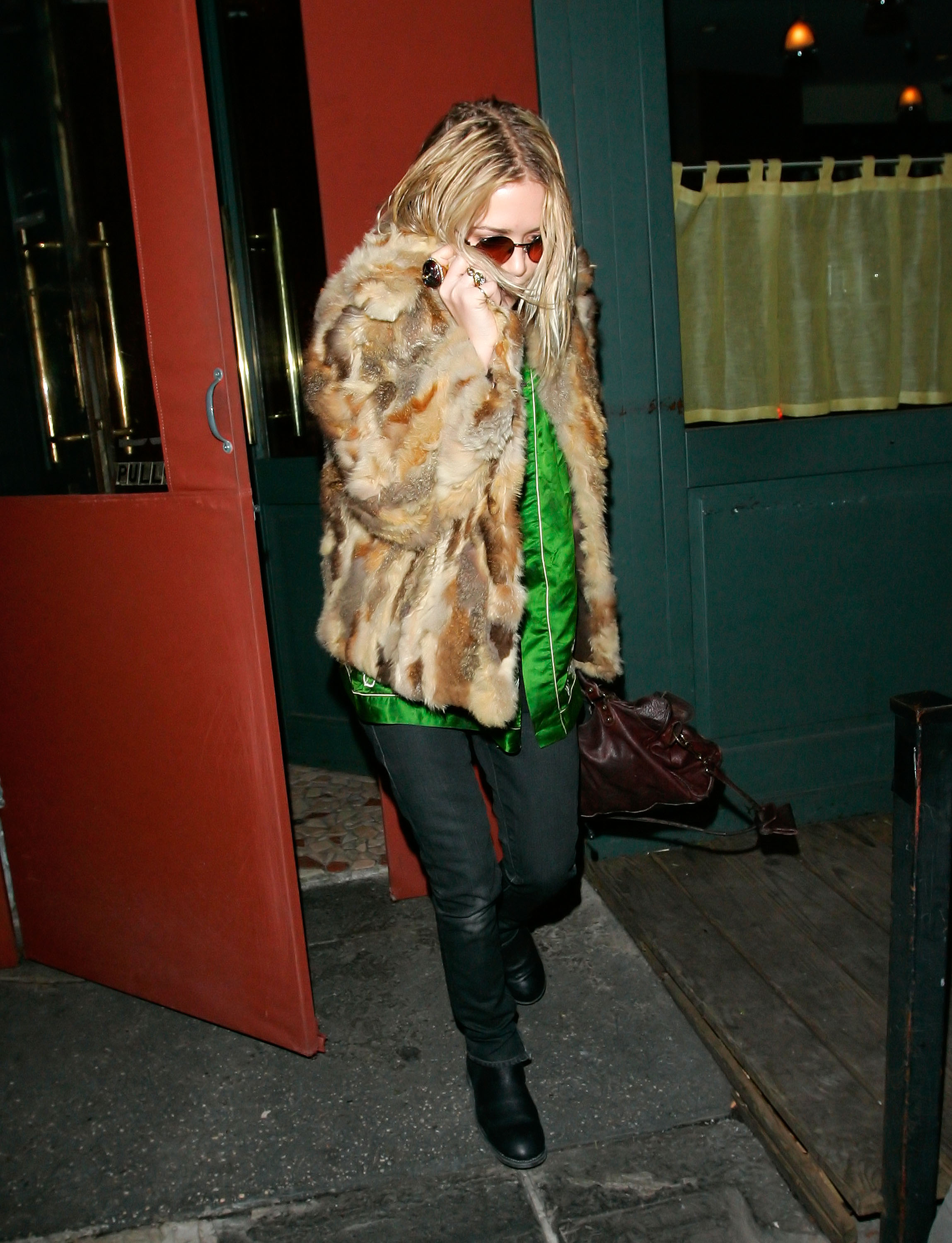 29766_celeb-city.eu_Mary_Kate_Olsen_out_and_about_for_a_late_lunch_in_the_West_Village_05.01.2008_03_122_1114lo.jpg