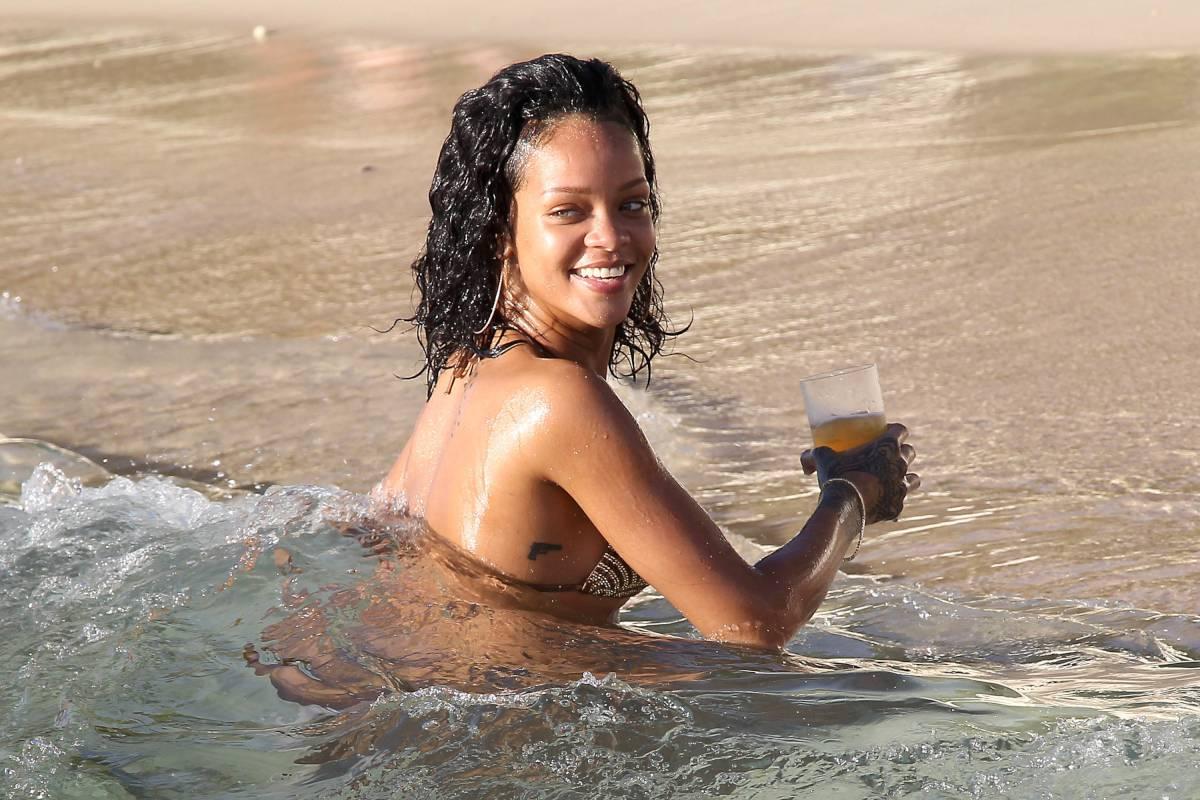 351915691_Rihanna_Bikini_291213_ReSiDuO2_123_549lo.jpg