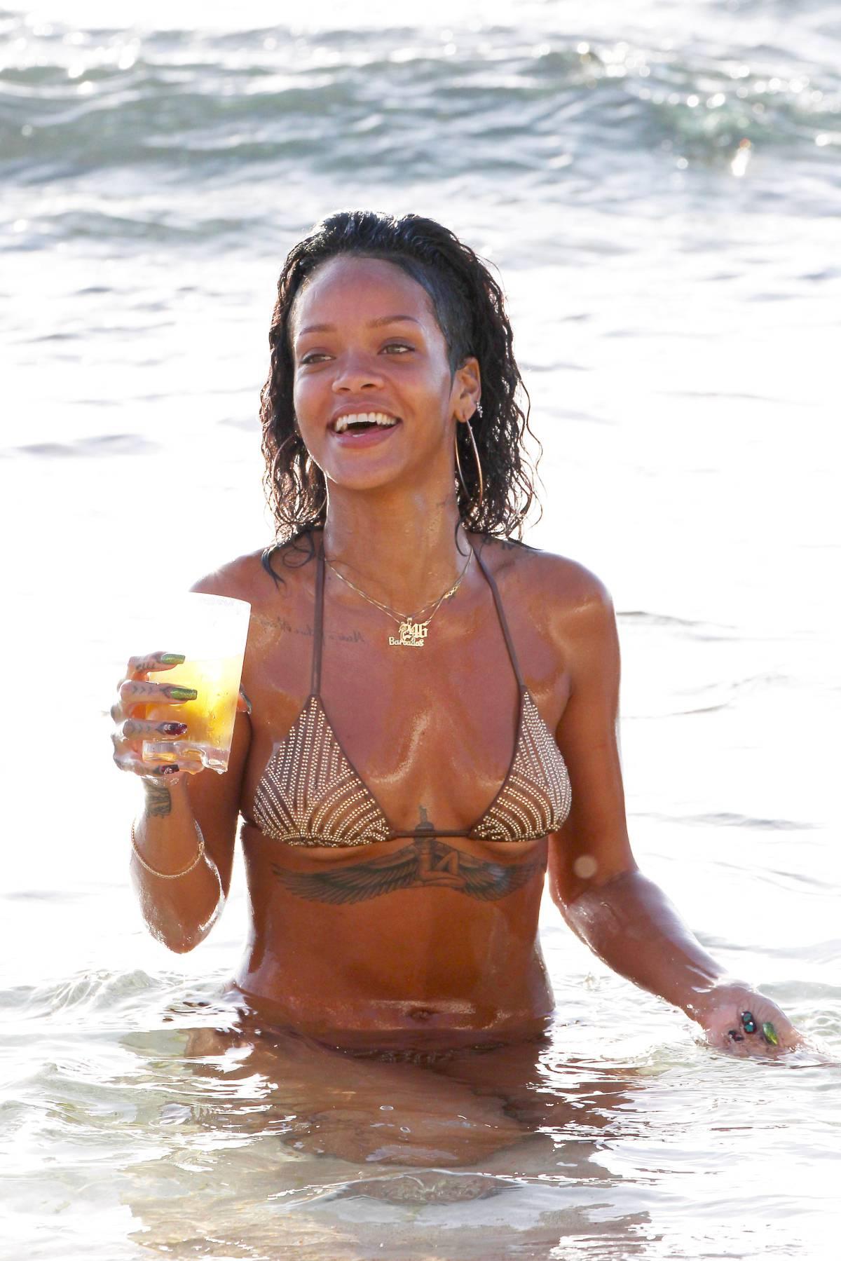 351979197_Rihanna_Bikini_291213_ReSiDuO22_123_179lo.jpg