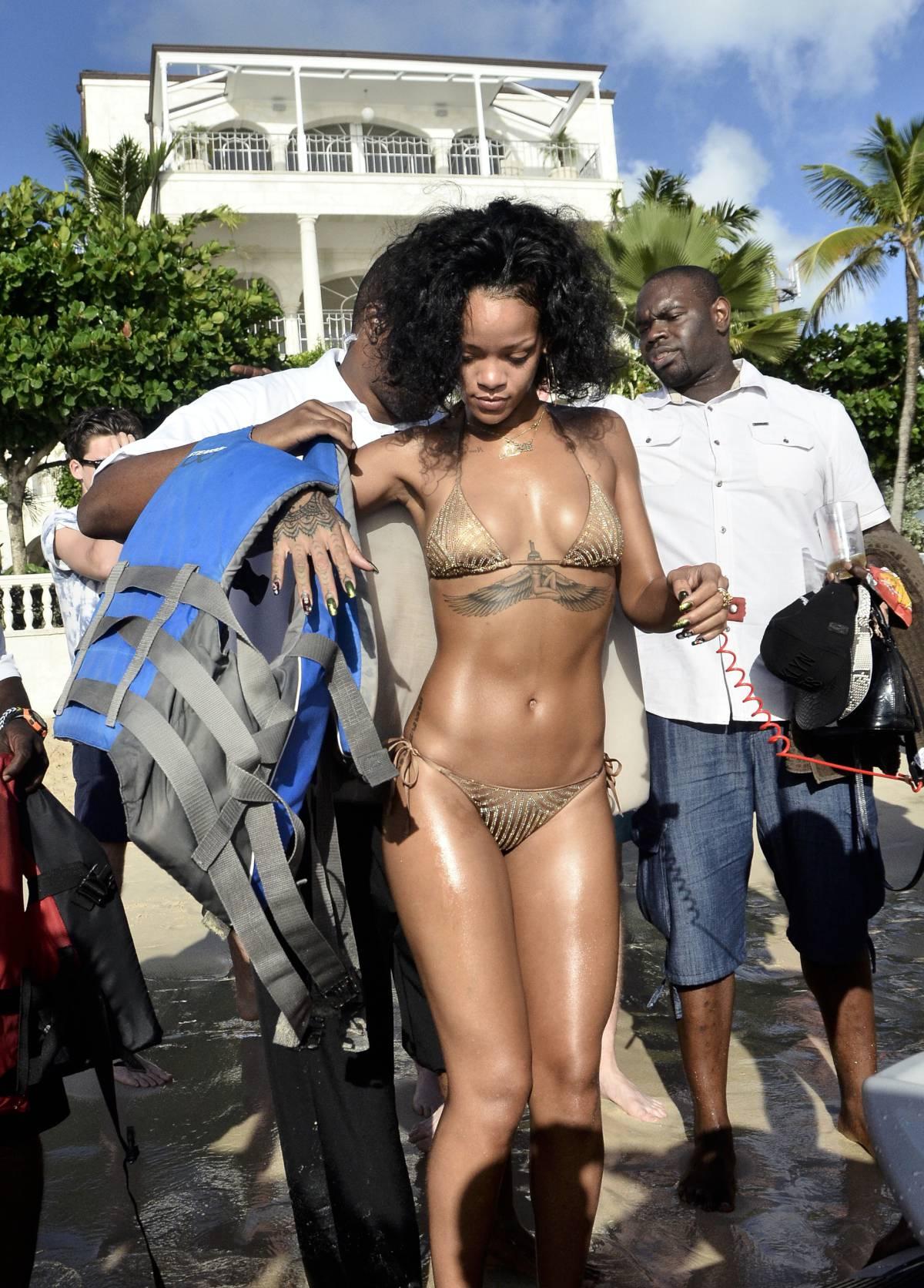 351924380_Rihanna_Bikini_291213_ReSiDuO5_123_385lo.jpg