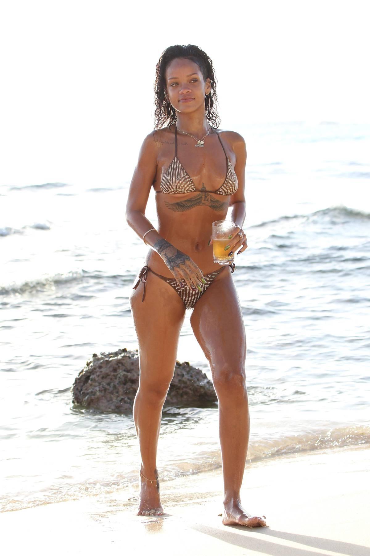 351990759_Rihanna_Bikini_291213_ReSiDuO25_123_588lo.jpg