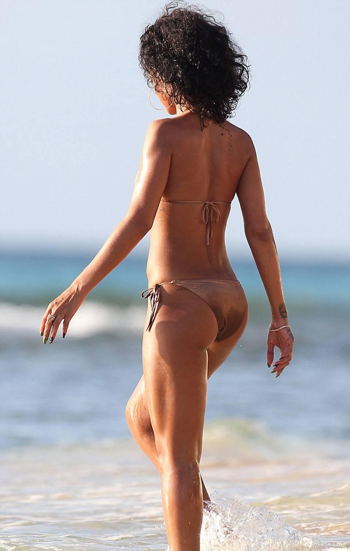 351920891_Rihanna_Bikini_291213_ReSiDuO4_123_244lo.jpg