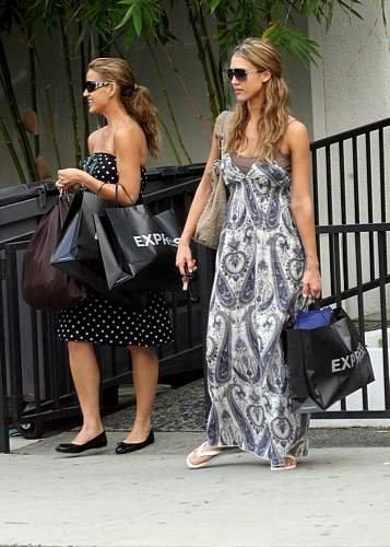 62267_23.10.2007_-_Jessica_shoppt_mit_Cousine_in_Beverly_Hills_002_122_762lo.jpg