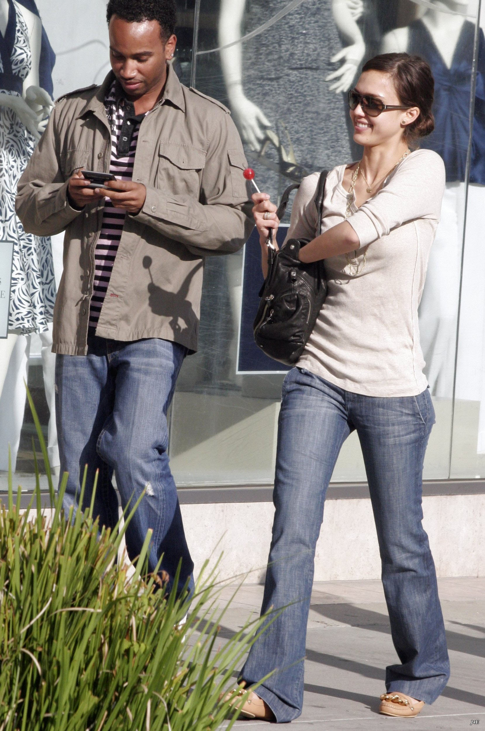 92036_5188173_Jessica_Alba__Out_and_about_in_Hollywood_6__123_487lo.jpg