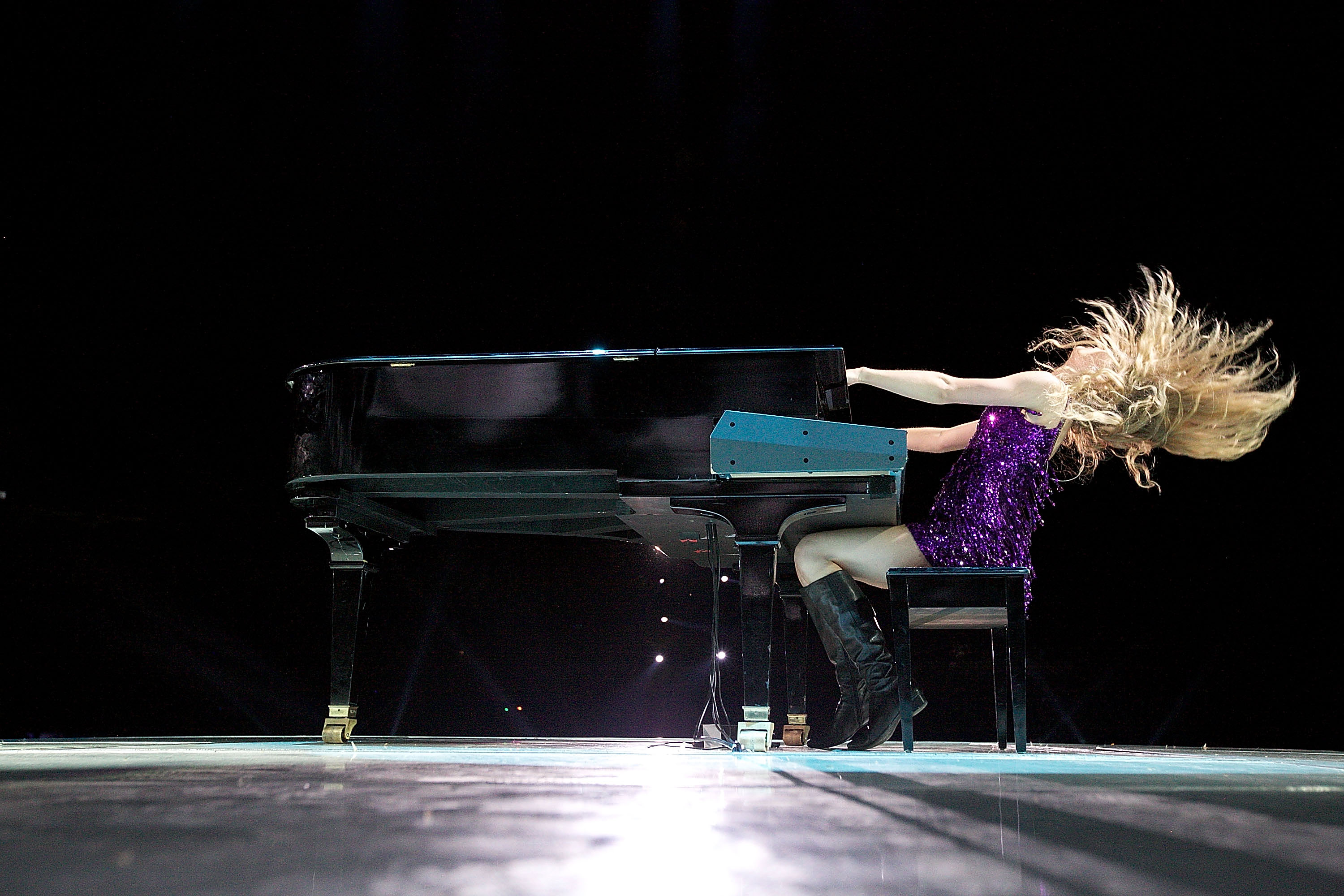 32745_Taylor_swift_performs_her_Fearless_Tour_at_Tiger_Stadium_052_122_463lo.jpg