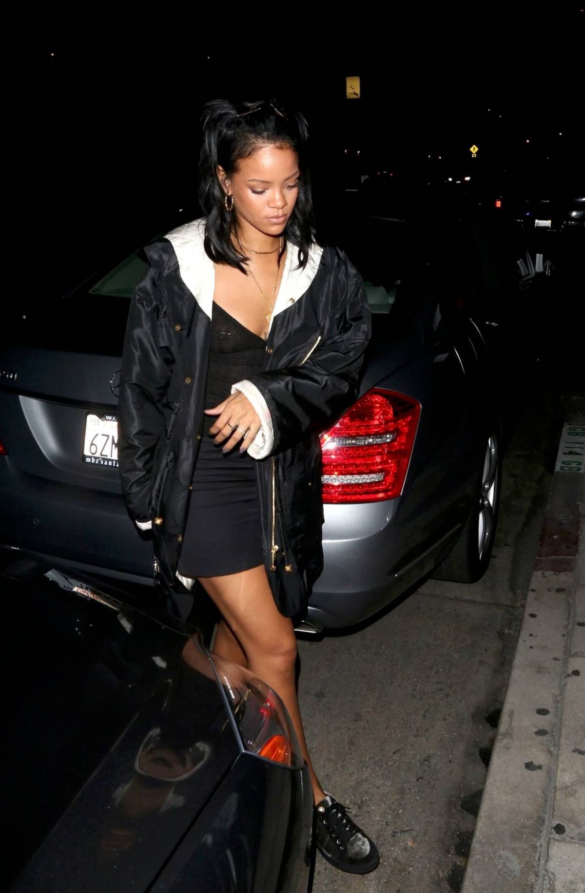 342462347_RihannaBralessLAPi1_122_128lo.jpg
