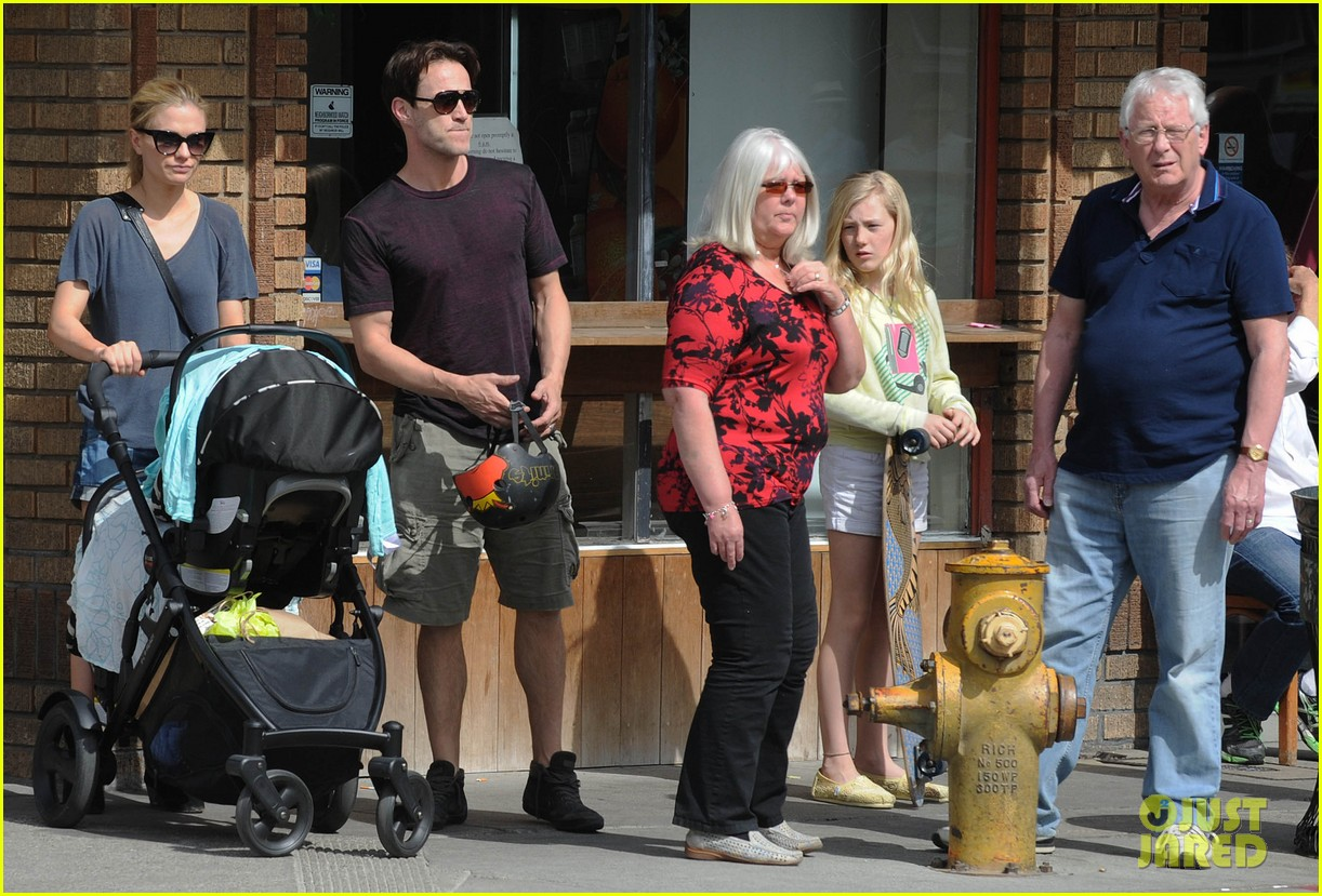 494173702_anna_paquin_stephen_moyer_abbot_kinney_with_the_family_01_122_477lo.jpg