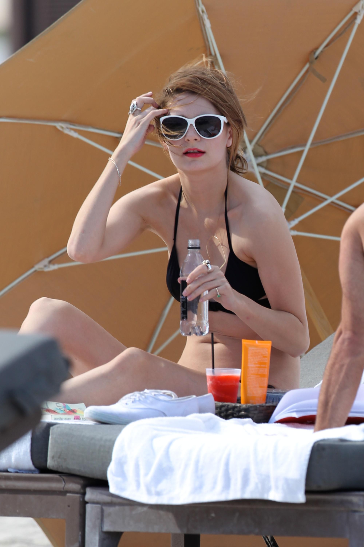 312845158_Mischa_Barton_Bikini_Candids_on_the_Beach_in_Miami_December_27_2011_261_122_1053lo.jpg