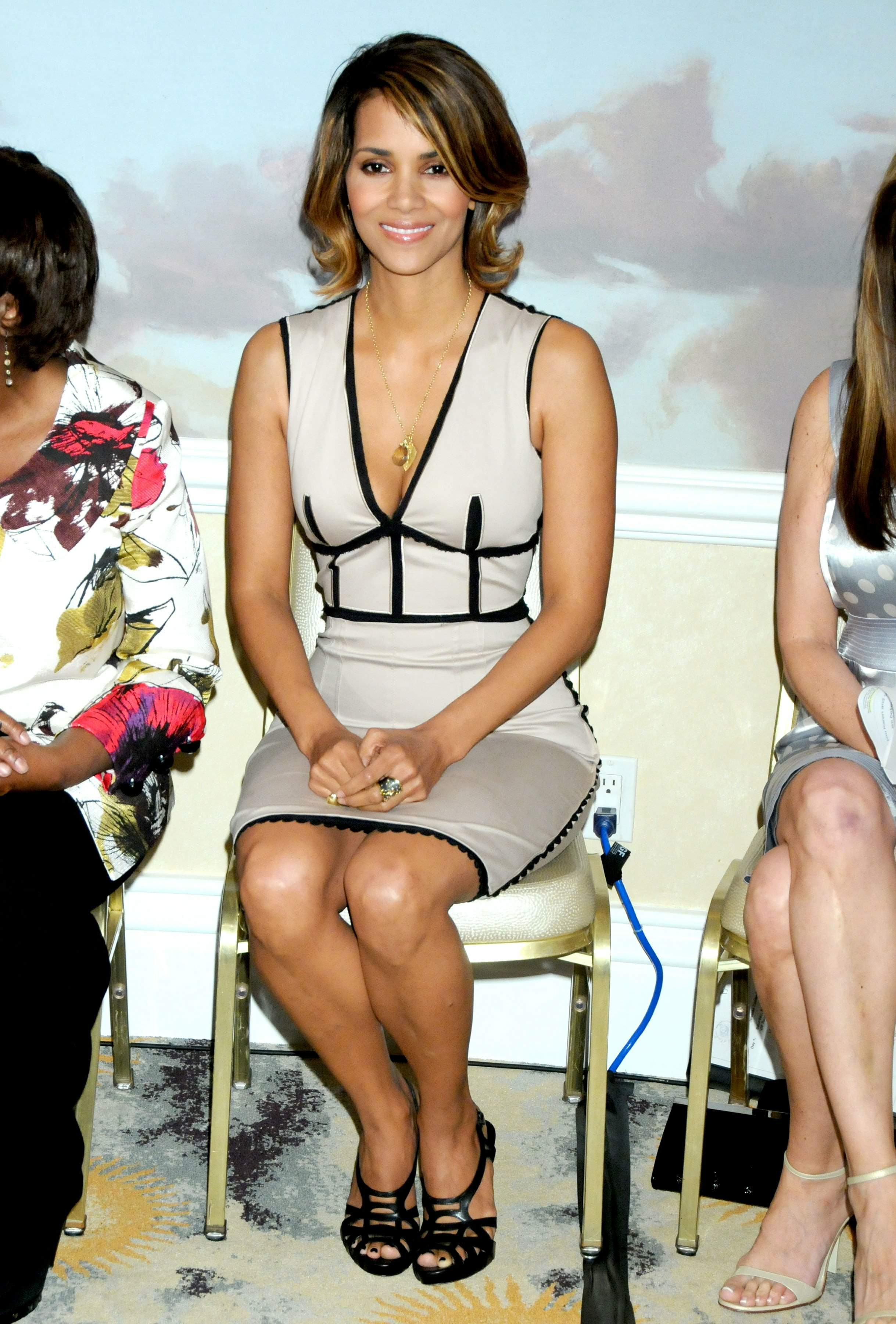59605_Halle_Berry_2009_Jenesse_Silver_Rose_Gala_Auction_in_Beverly_Hills_55_122_351lo.jpg