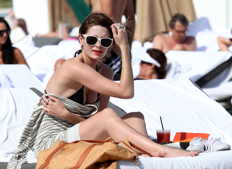 311728693_Mischa_Barton_Bikini_Candids_on_the_Beach_in_Miami_December_27_2011_081_122_885lo.jpg