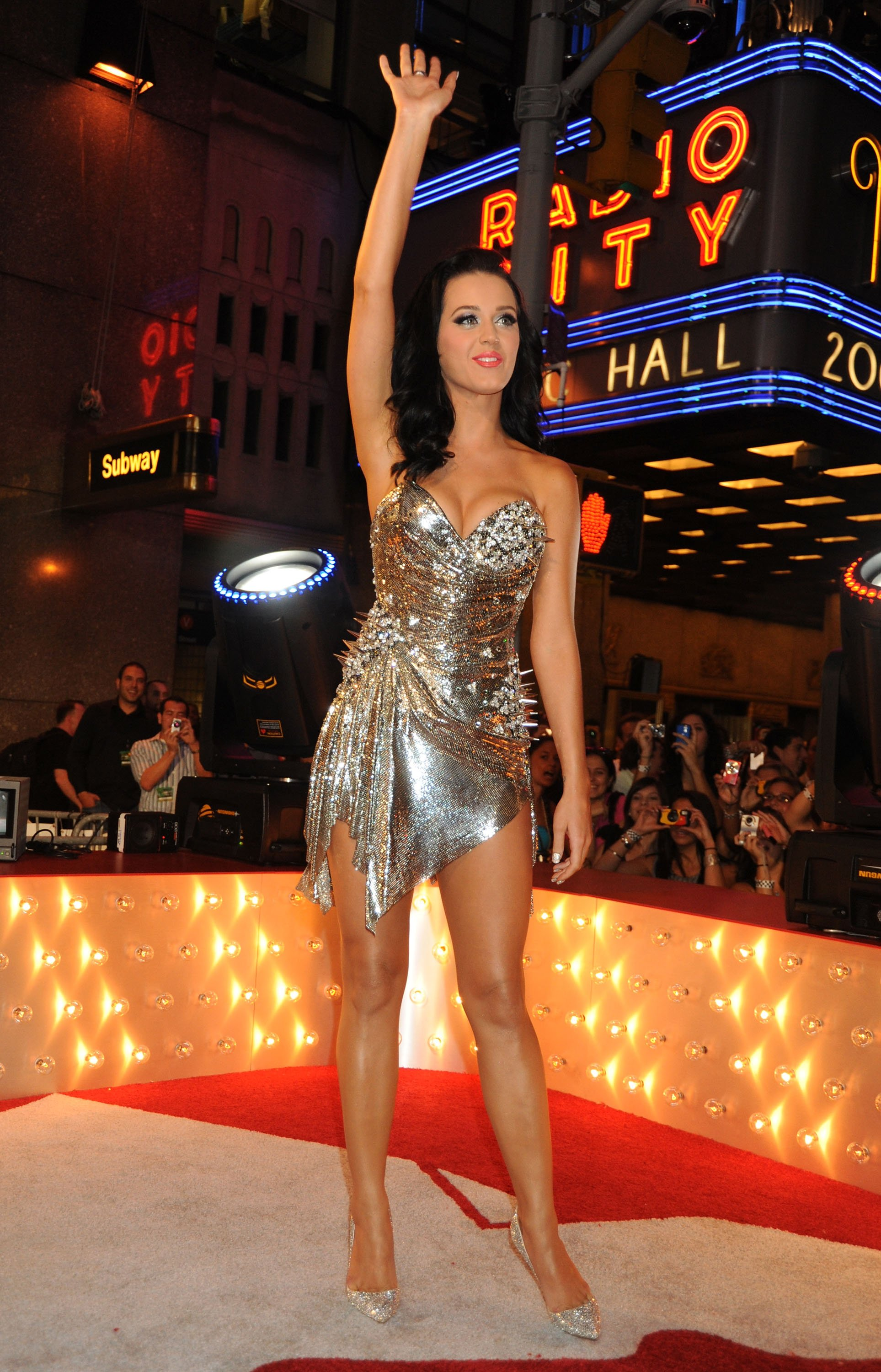 88251_Celebutopia-Katy_Perry_arrives_at_the_2009_MTV_Video_Music_Awards-06_122_400lo.jpg