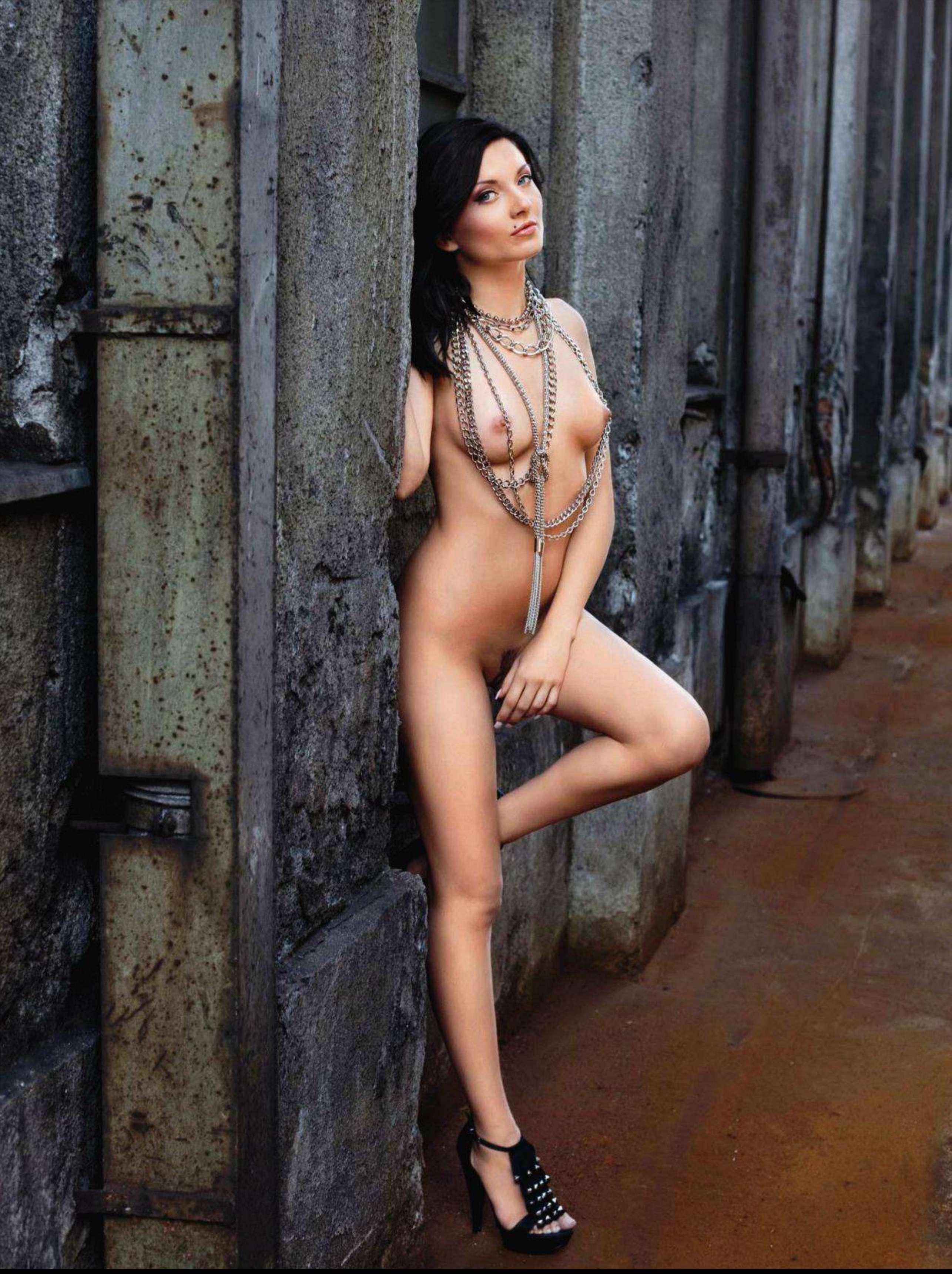 843971684_Playboy_2011_11_Slovenia_Scanof.net_087_123_453lo.jpg