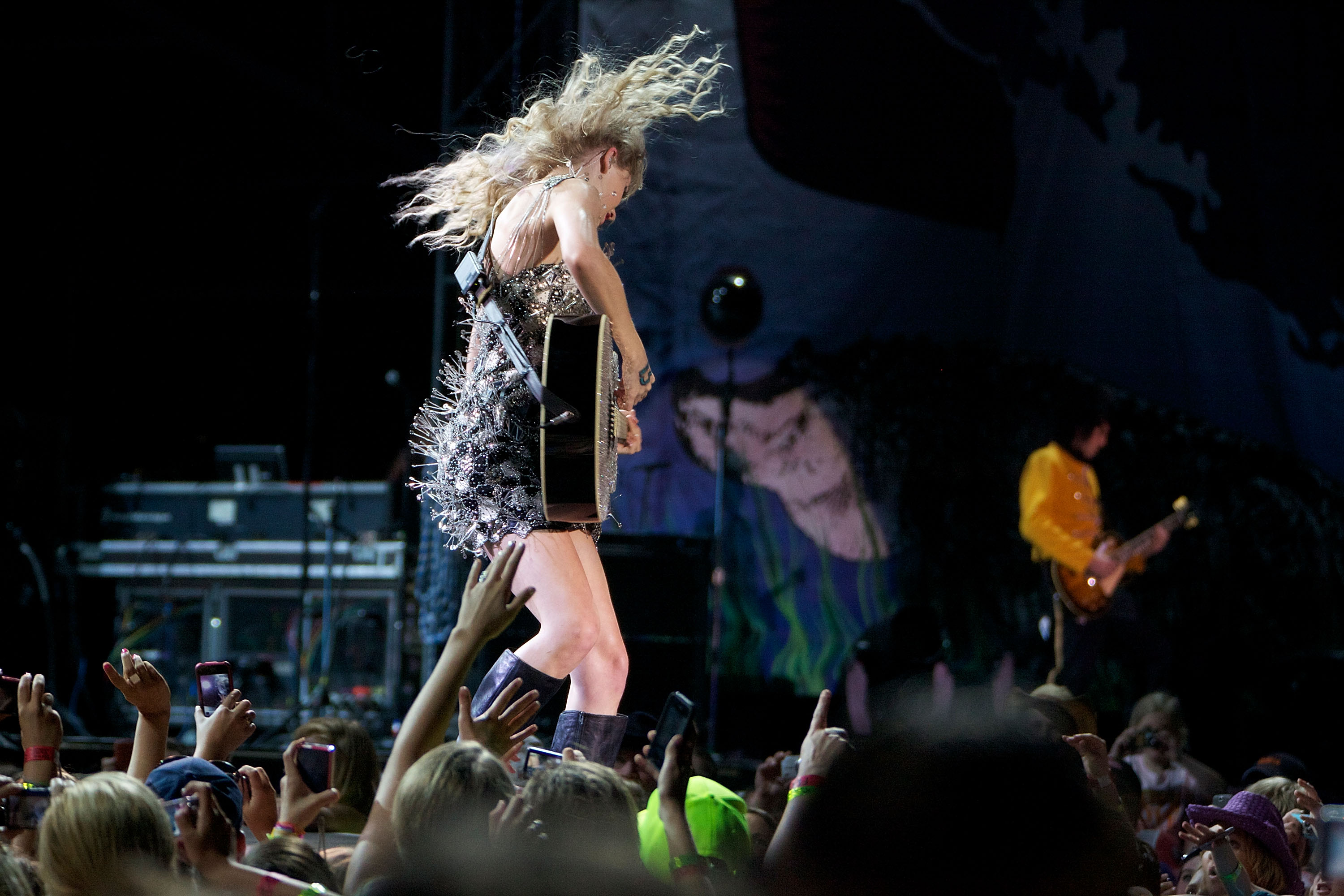 32715_Taylor_swift_performs_her_Fearless_Tour_at_Tiger_Stadium_045_122_484lo.jpg