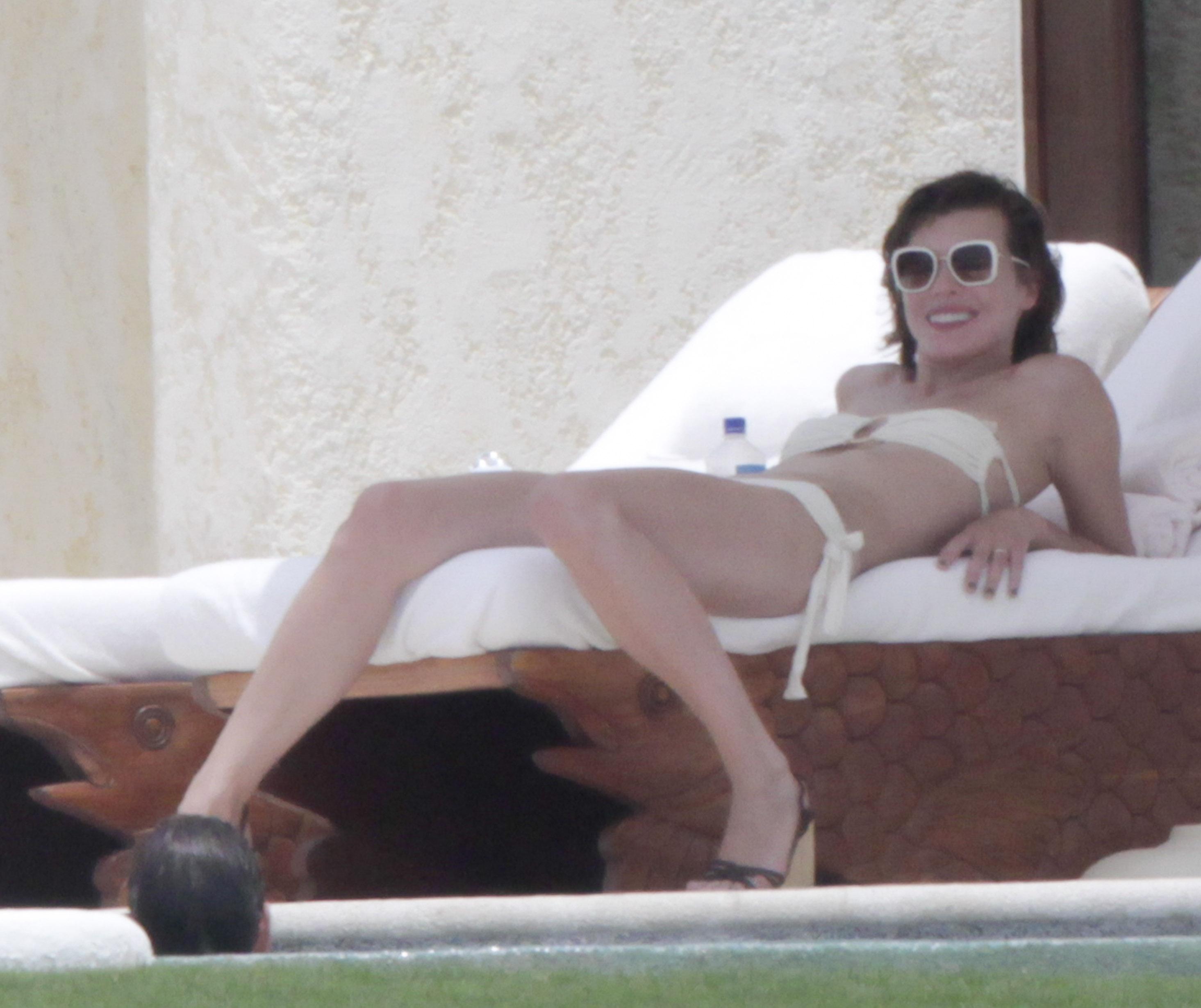 72562_Milla_Jovovich_on_the_beach_in_Los_Cabos_7_123_51lo.jpg