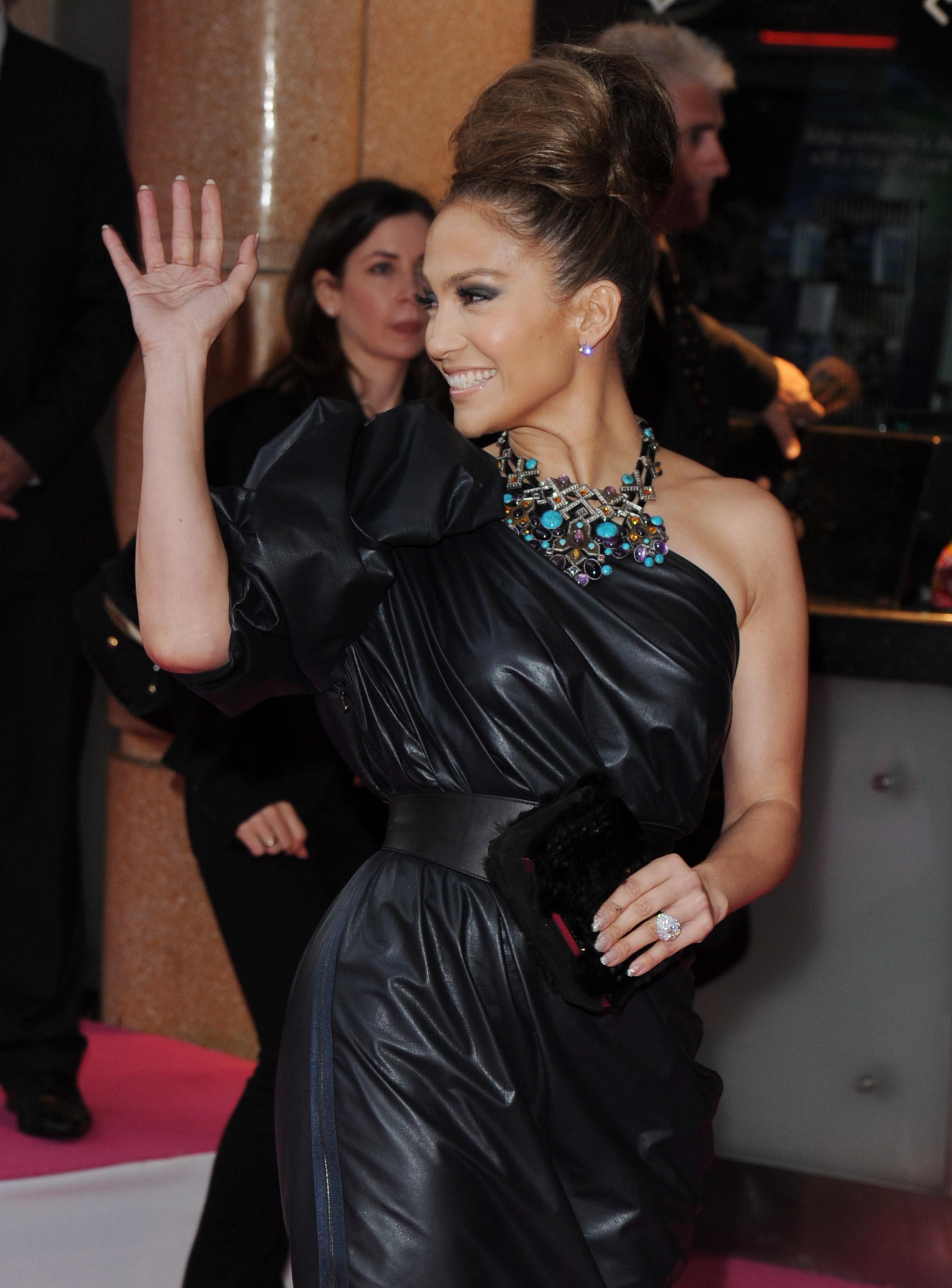50520_celebrity_paradise.com_TheElder_JenniferLopez2010_04_28_TheBack_UpPlanUKPremiere112_122_231lo.jpg