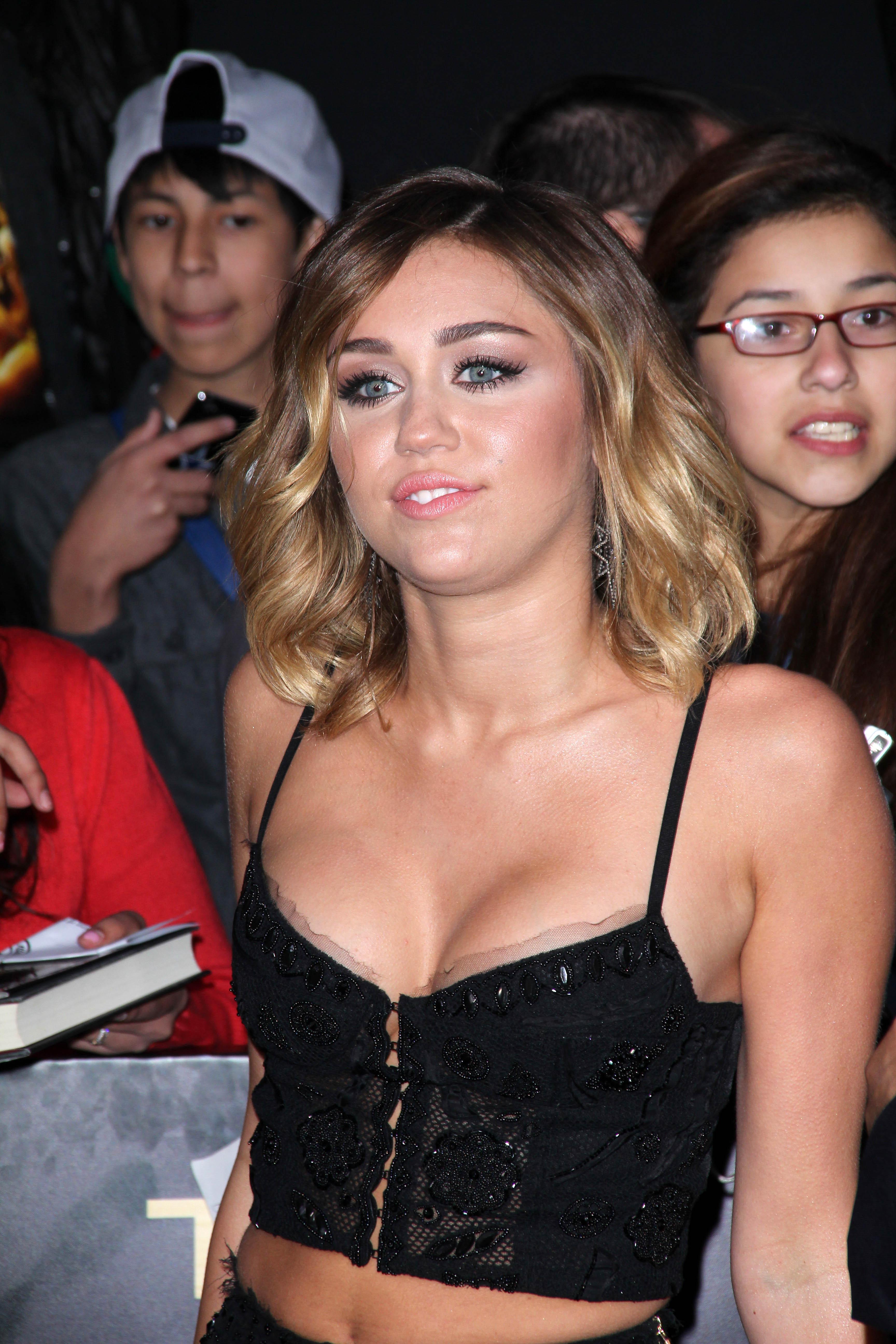 33055_Miley_Cyrus_Adds32_123_86lo.jpg