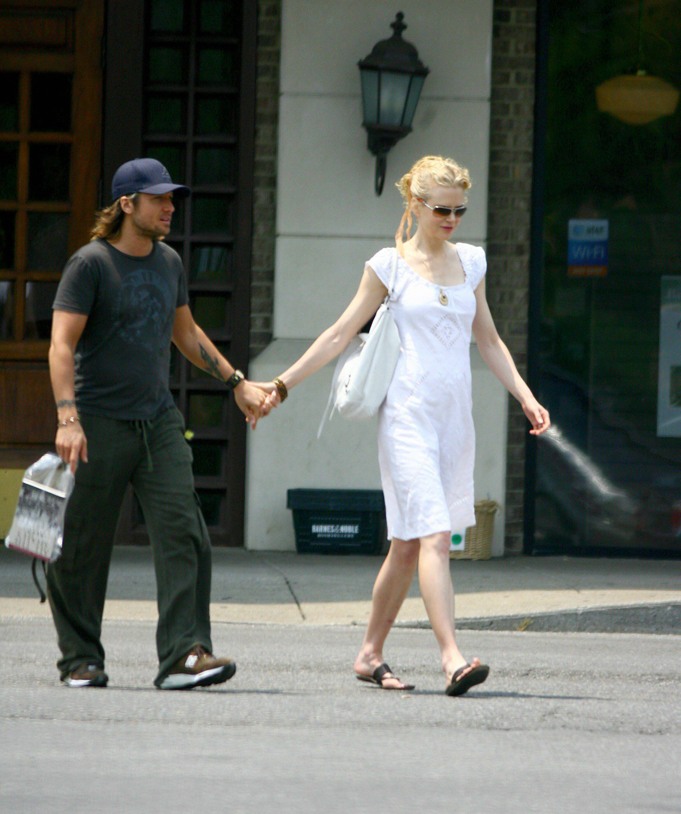 25985_Nicole_Kidman_and_Keith_Urban_buy_a_book_in_Nashville_09_558lo.jpg