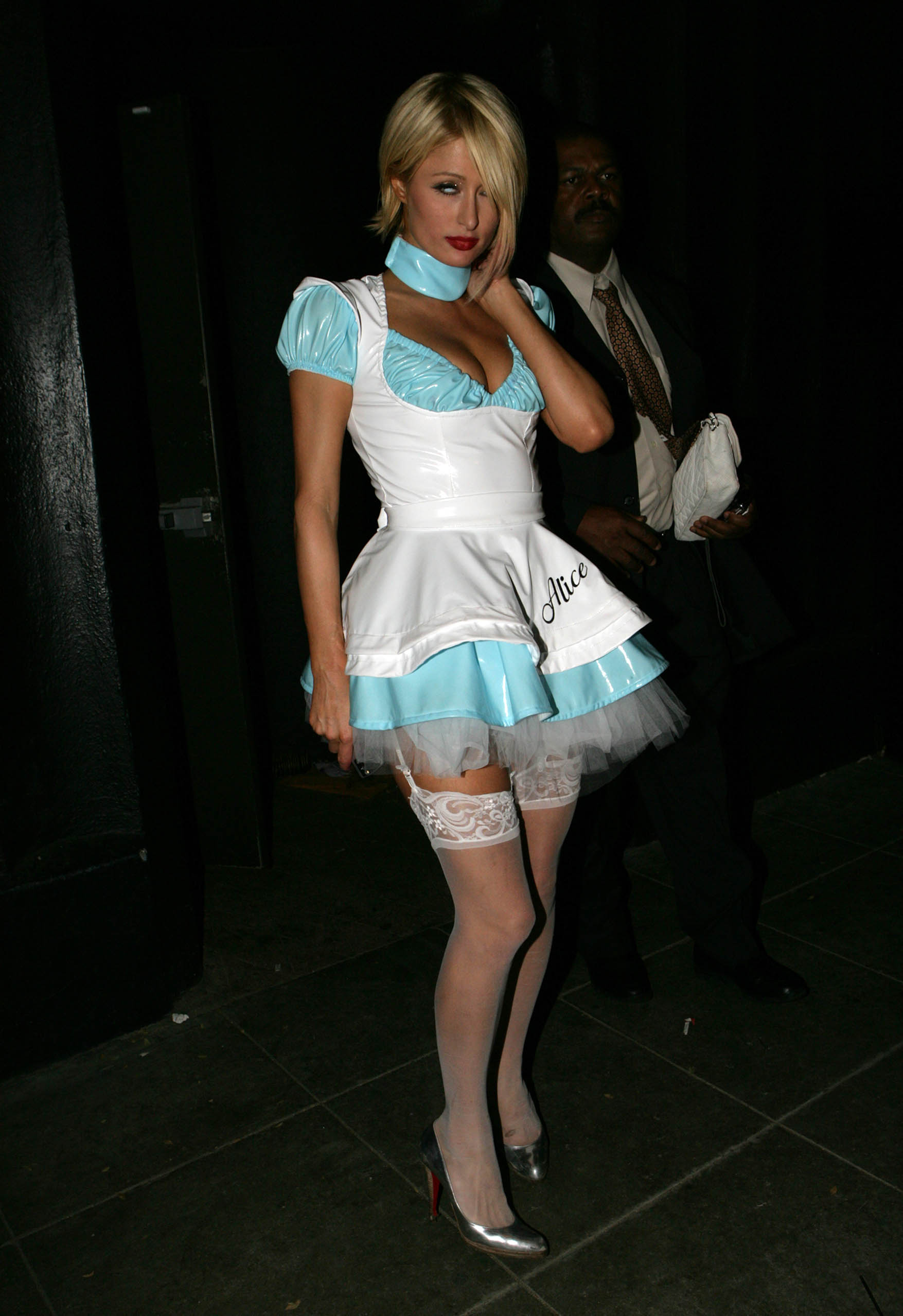 03941_celeb-city.eu_Paris_Hilton_at_the_Halloween_Party_in_Beverly_Hills_27.10.2007_02_123_985lo.jpg