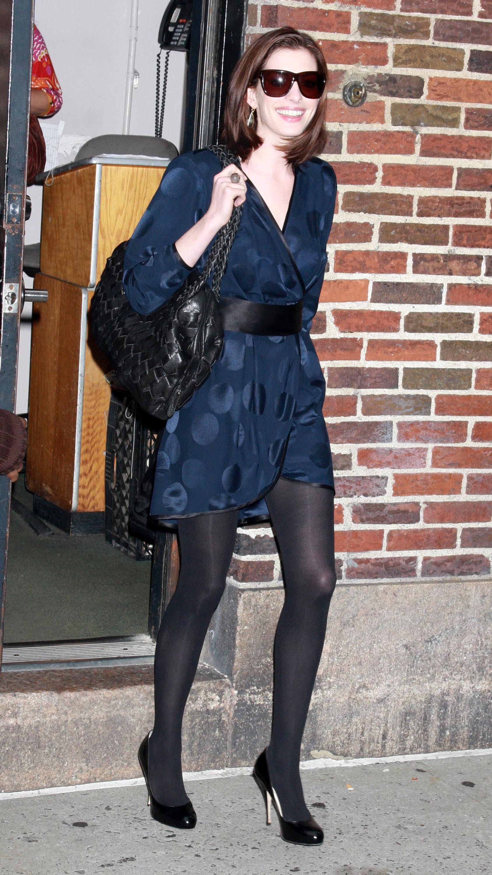 47277_Anne_Hathaway_2008-09-30_-_visits_the_Late_Show_with_David_Letterman_4177_122_974lo.jpg
