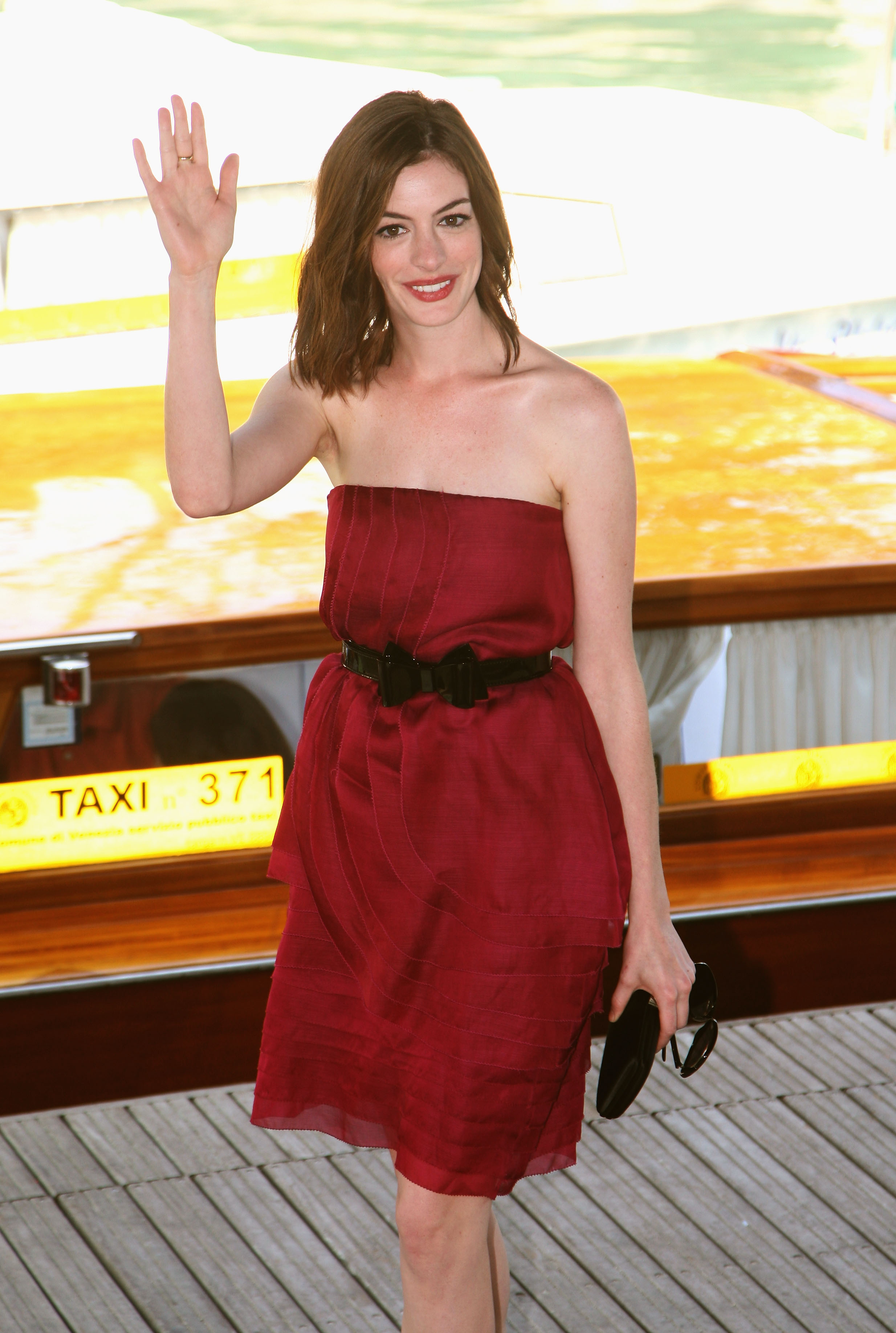 43552_Anne_Hathaway_arrives_at_the_Excelsior_Hotel_Venice-37_122_1177lo.jpg