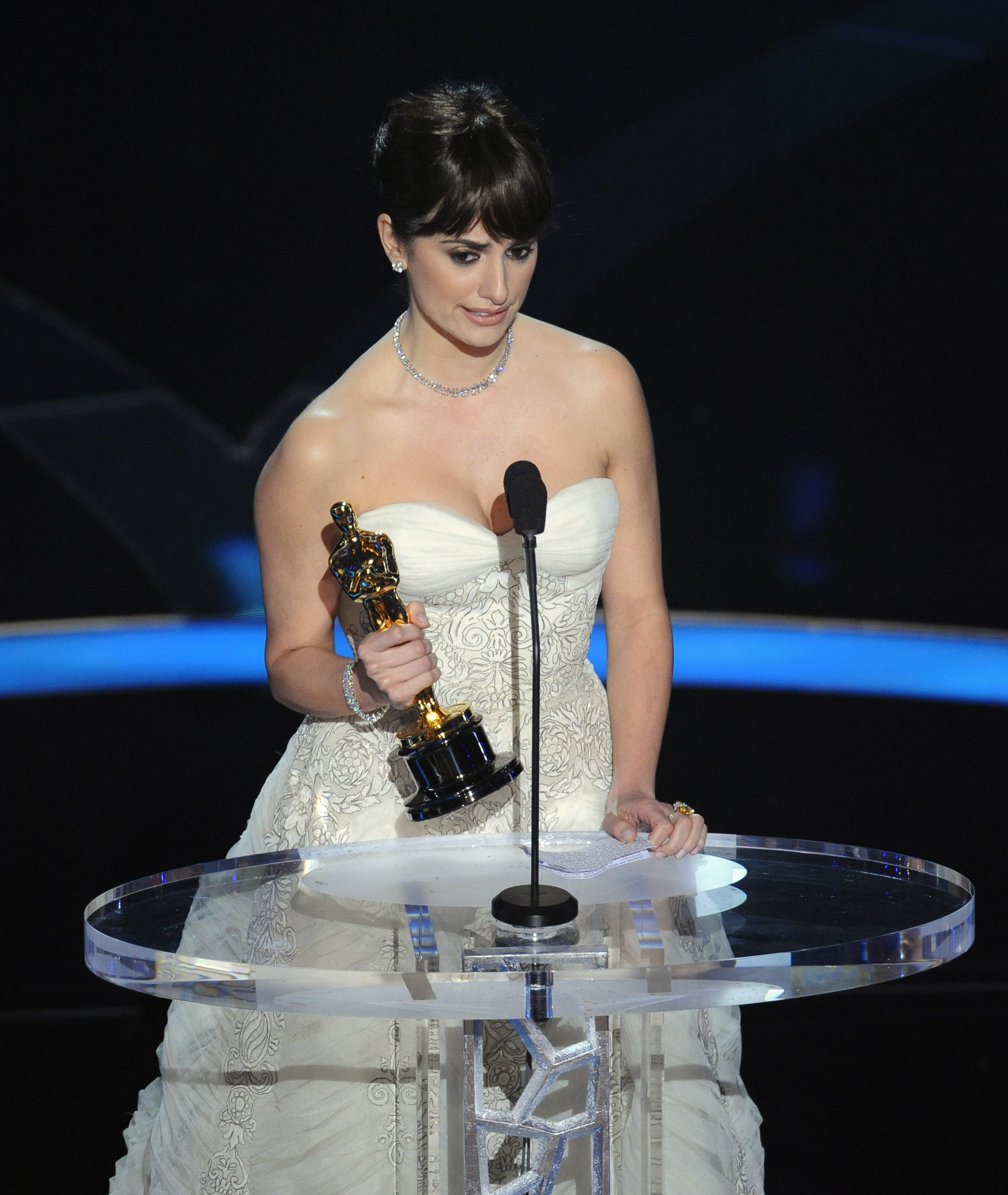 54799_Celebutopia-Penelope_Cruz_accepts_the_Oscar_for_best_supporting_actress_for_Vicky_Cristina_Barcelona_during_the_81st_Academy_Awards-02_123_234lo.jpg