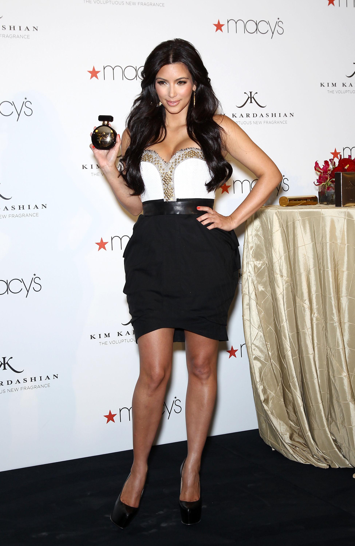 86631_celebrity_paradise.com_Kim_Kardashian_Fragance_40_122_62lo.jpg
