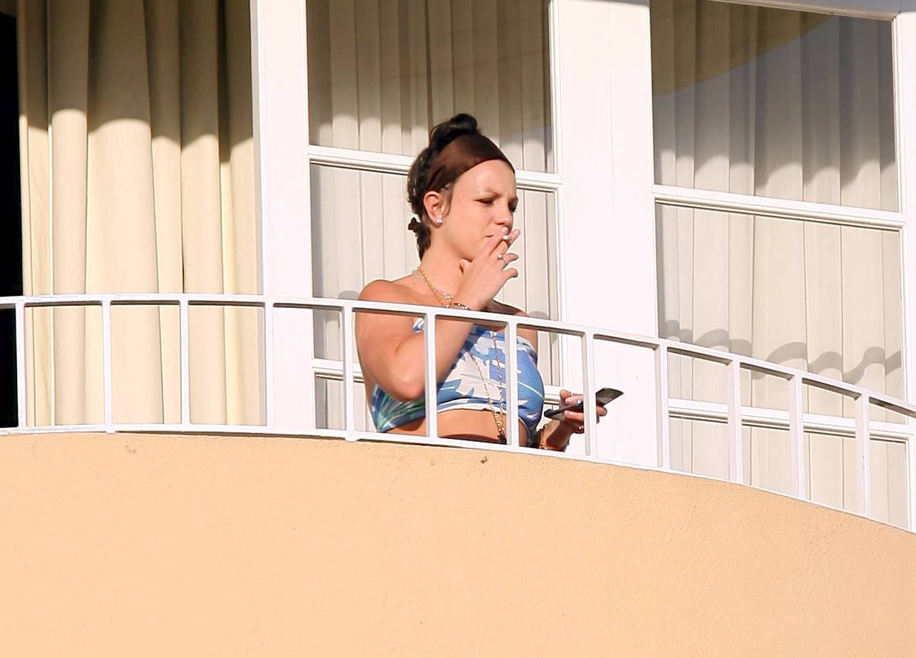 53128_celeb-city.eu_Britney_Spears_at_hotel_in_Beverly_Hills_10_123_689lo.jpg
