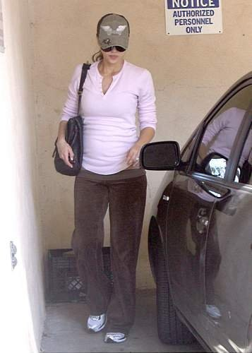 03396_20.01.2008_-_Jessica_Alba_unterwegs_in_Brentwood_001_122_868lo.jpg