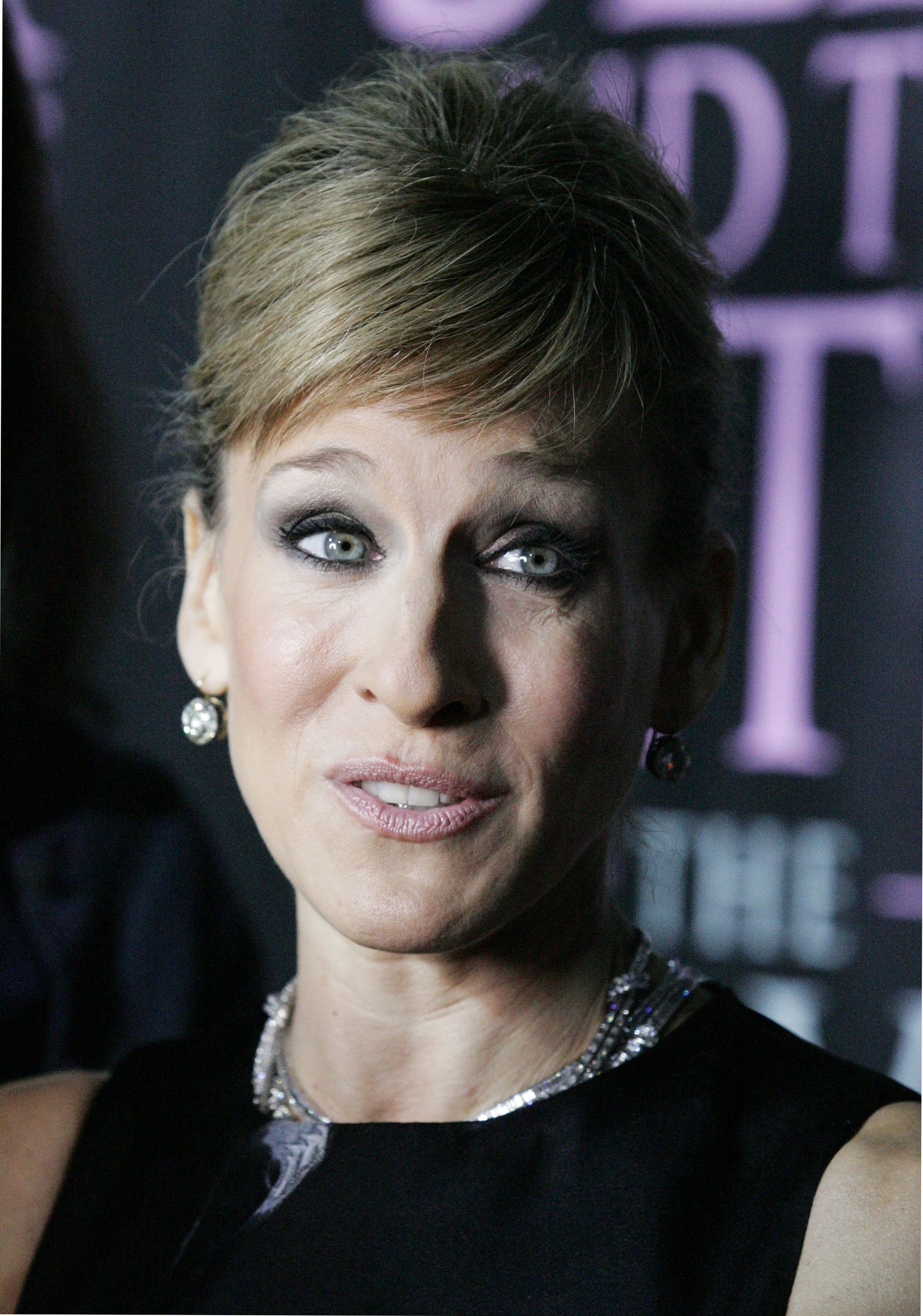 04243_Celebutopia-Sarah_Jessica_Parker-Sex_and_the_City_The_Movie_DVD_launch_in_New_York_City-10_122_1183lo.jpg